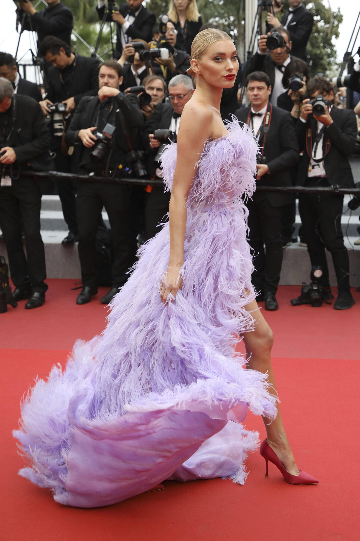 Elsa Hosk, la top model de Victoria's Secret también dio su presente en la red carpet de Cannes y lució un espectacular vestido realizado en plumas strapless en lila con un gran tajo by Alberta Ferreti. Completó su look con stilettos de raso en punta de Roger Vivier y resaltó su maquillaje con labios colorados y peinado recogido