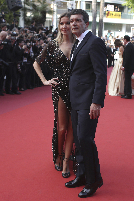 Antonio Banderas, ganador como mejor actor, optó por un black tie con corbata y zapatos de cuero en negro. Su pareja actual, Nicole Kimpel, lució un vestido bordado negro con un gran escote V y un gran tajo en su falda
