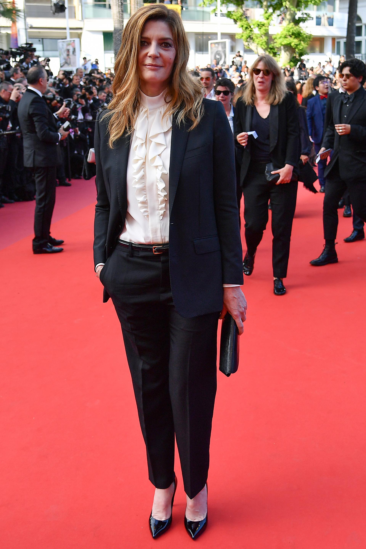 Chiara Mastroianni se arriesó al estilo masculino con un esmoquin con una camisa con jabot en off white. Completó el look un sobre y zapatos acharolados en punta