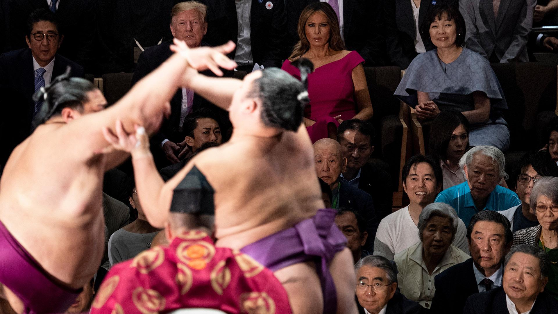 El primer luchador en tocar el suelo con alguna parte de su cuerpo a excepción de la planta de sus pies o salir del círculo queda eliminado