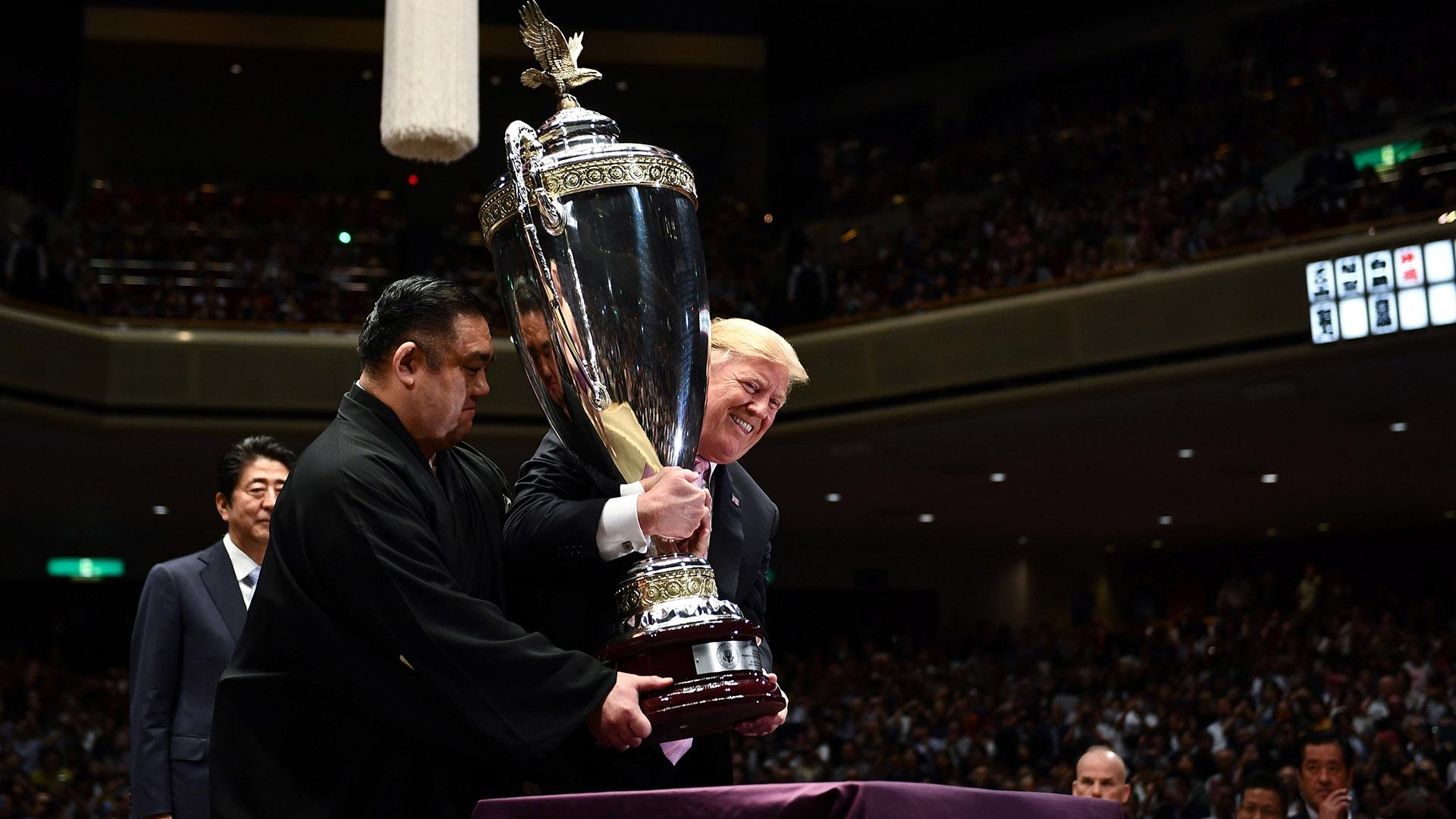 El trofeo lleva el nombre de Copa del Presidente de EEUU, confeccionada en ese país, con 1,37 metros de altura y coronada por un águila