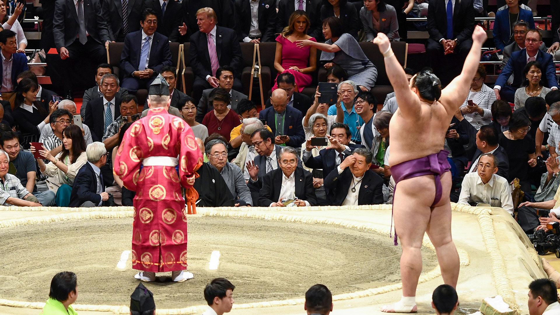 """Se advirtió a los aficionados de que quedaba prohibido lanzar sus cojines -como es tradicional cuando un gran campeón, un """"yokozuna"""", es derribado por su adversario- por miedo a que alguno cayera sobre el presidente estadounidense"""