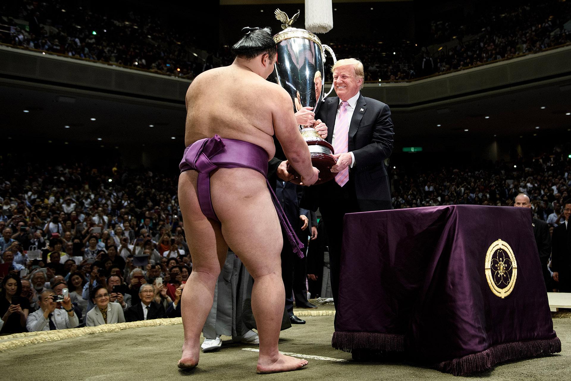 """""""Me alegró mucho (recibir la copa). Pero no puedo expresarlo con palabras"""", afirmó Asanoyama poco después de que Trump y Abe abandonaran el lugar tras la ceremonia de entrega del trofeo"""