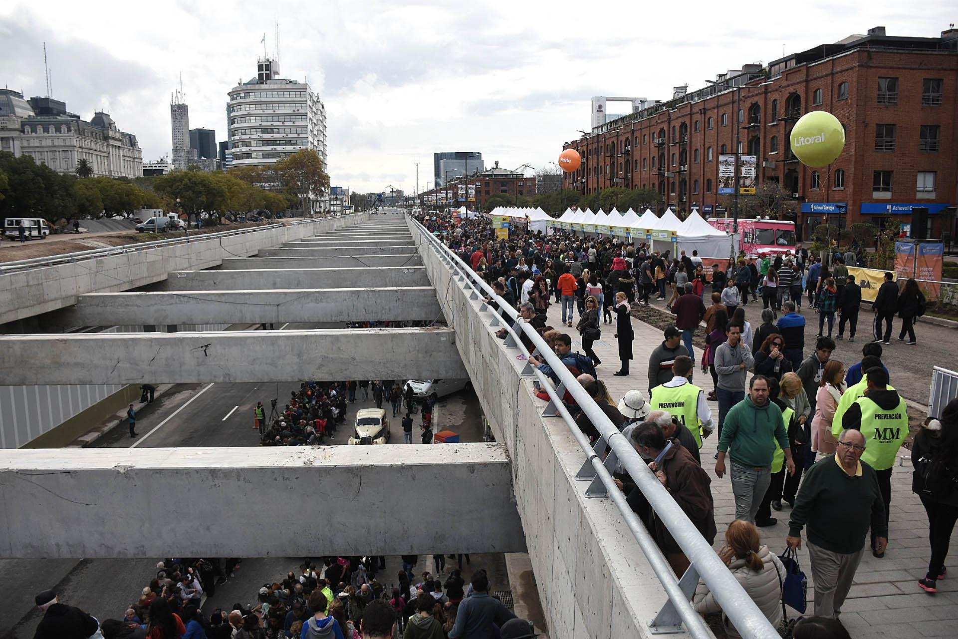 A la izquierda el Paseo del Bajo, el carril subterráneo por el que deberán circular los vehículos de gran porte desde mañana