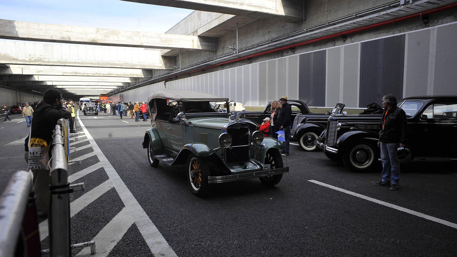 Los autos de época fueron de los primeros en transitar las nuevas instalaciones del Paseo del Bajo