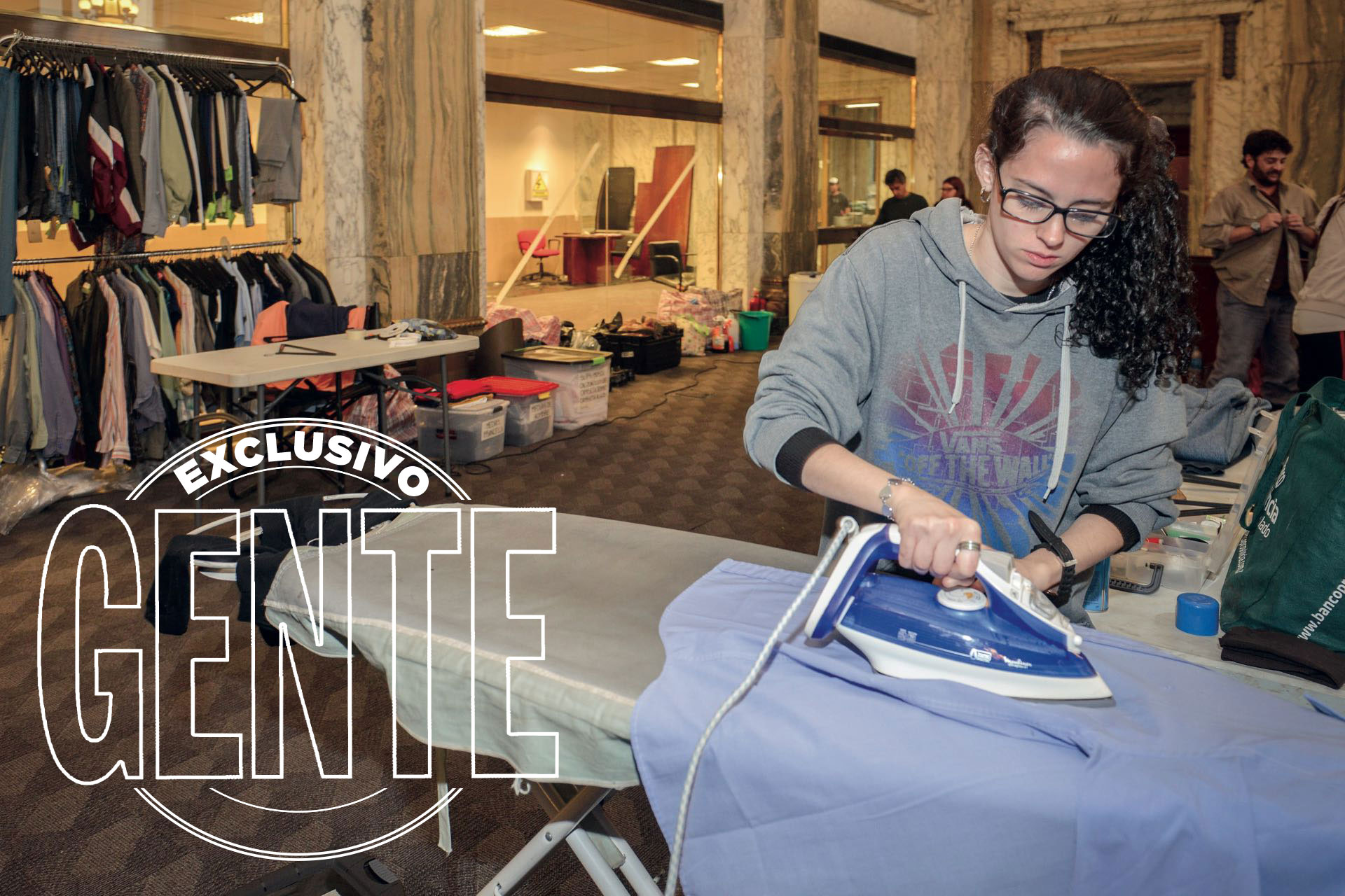 Para los atuendos, el área de vestuario acudió al estilo de ropa y a los colores que se usaba en aquel verano del '06.