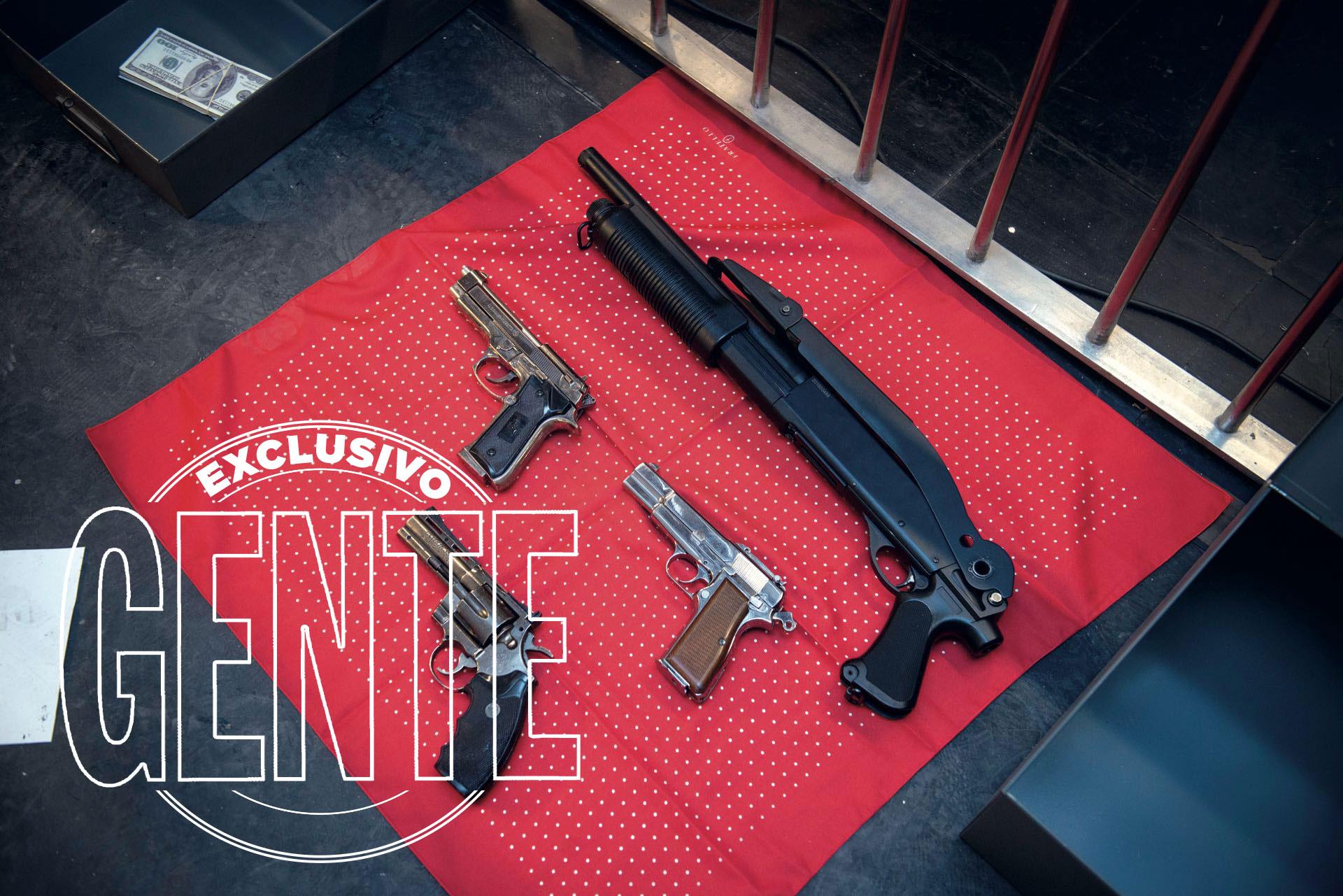 Armas de plástico similares a las utilizadas entonces.