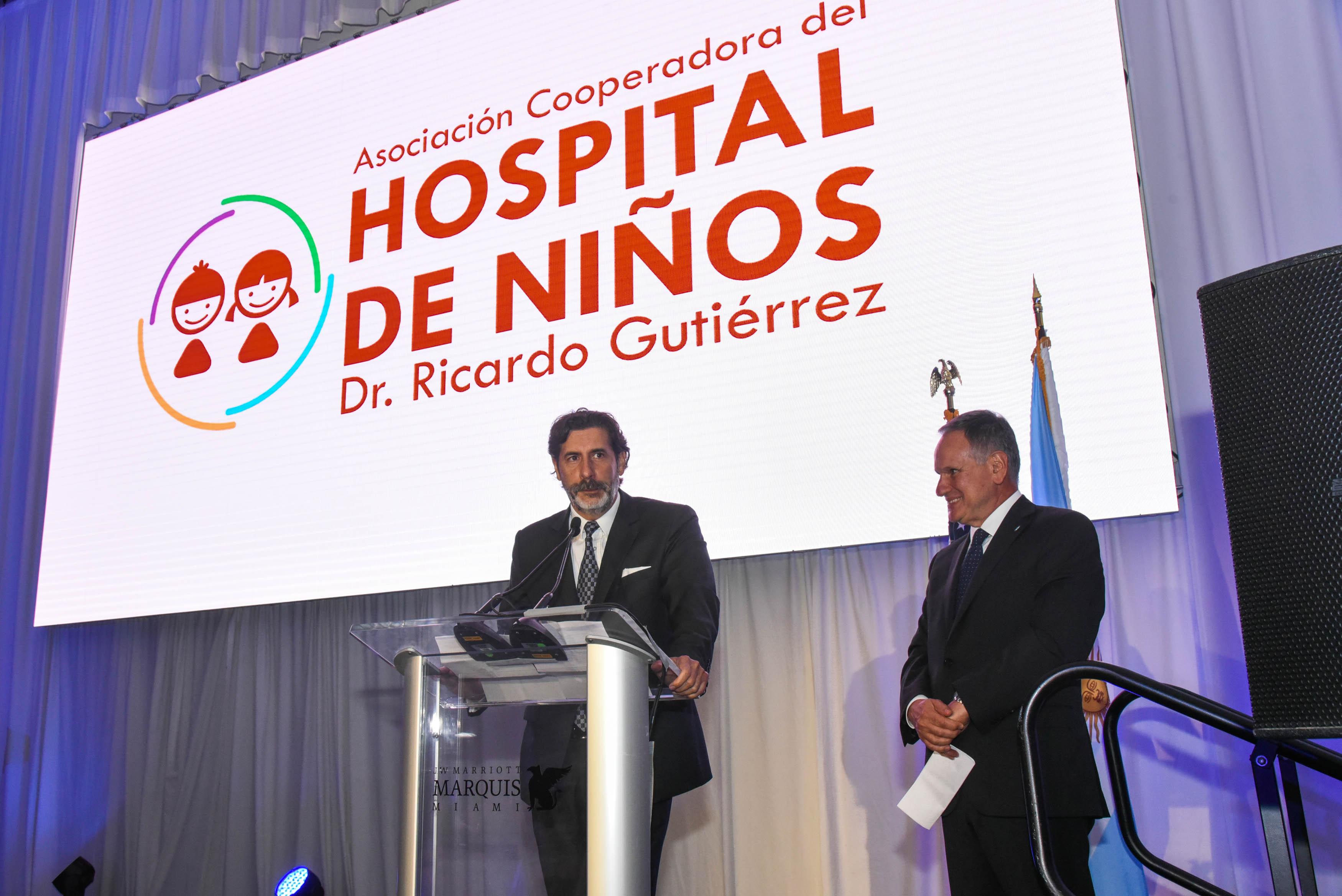 Roberto Macho, Presidente de la AACC y Roberto Alvarez Roldan, de la Cooperadora del Hospital de Niños