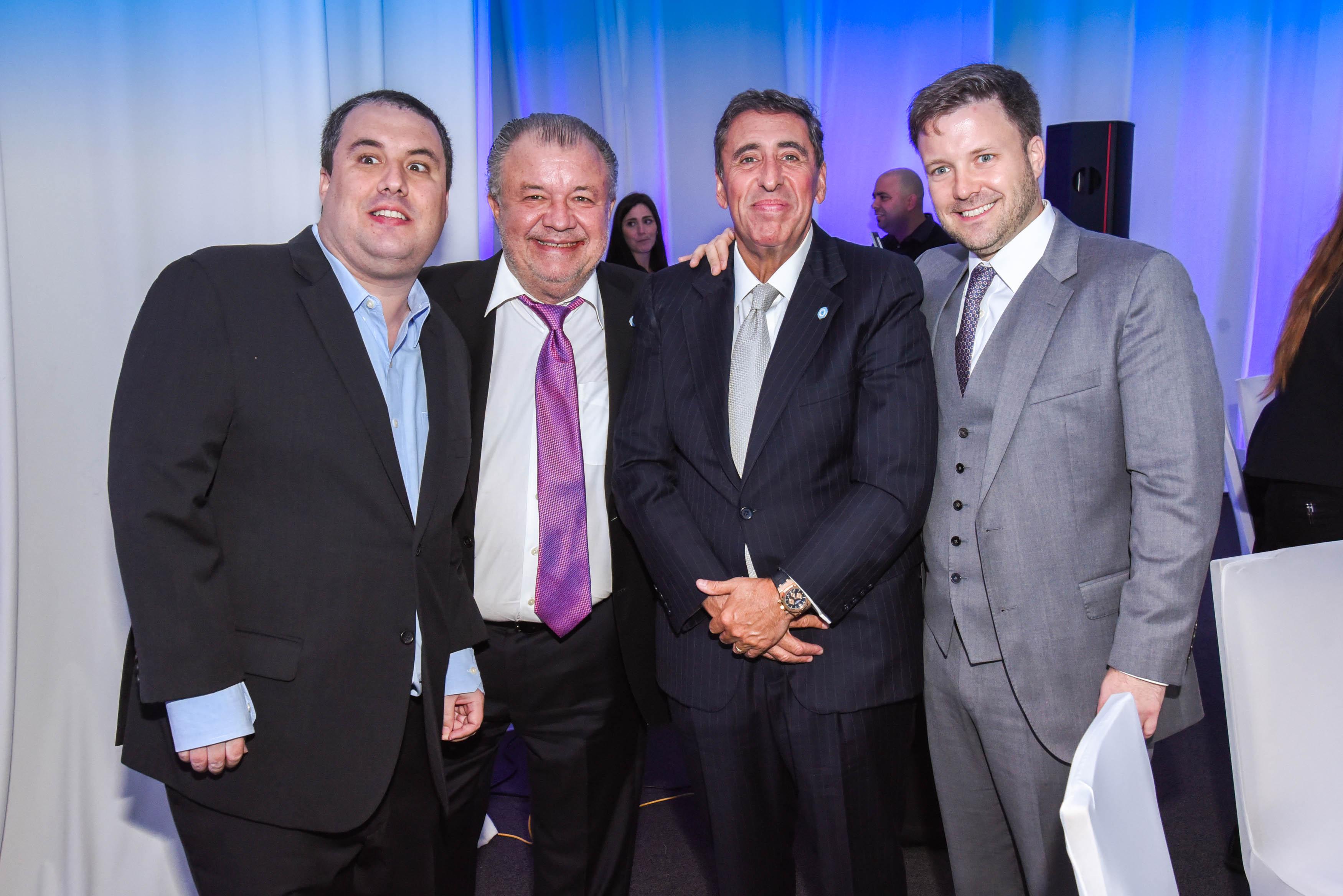 Ex presidente de la AACC, Luis Cariola acompañado de sus hijos y amigos.