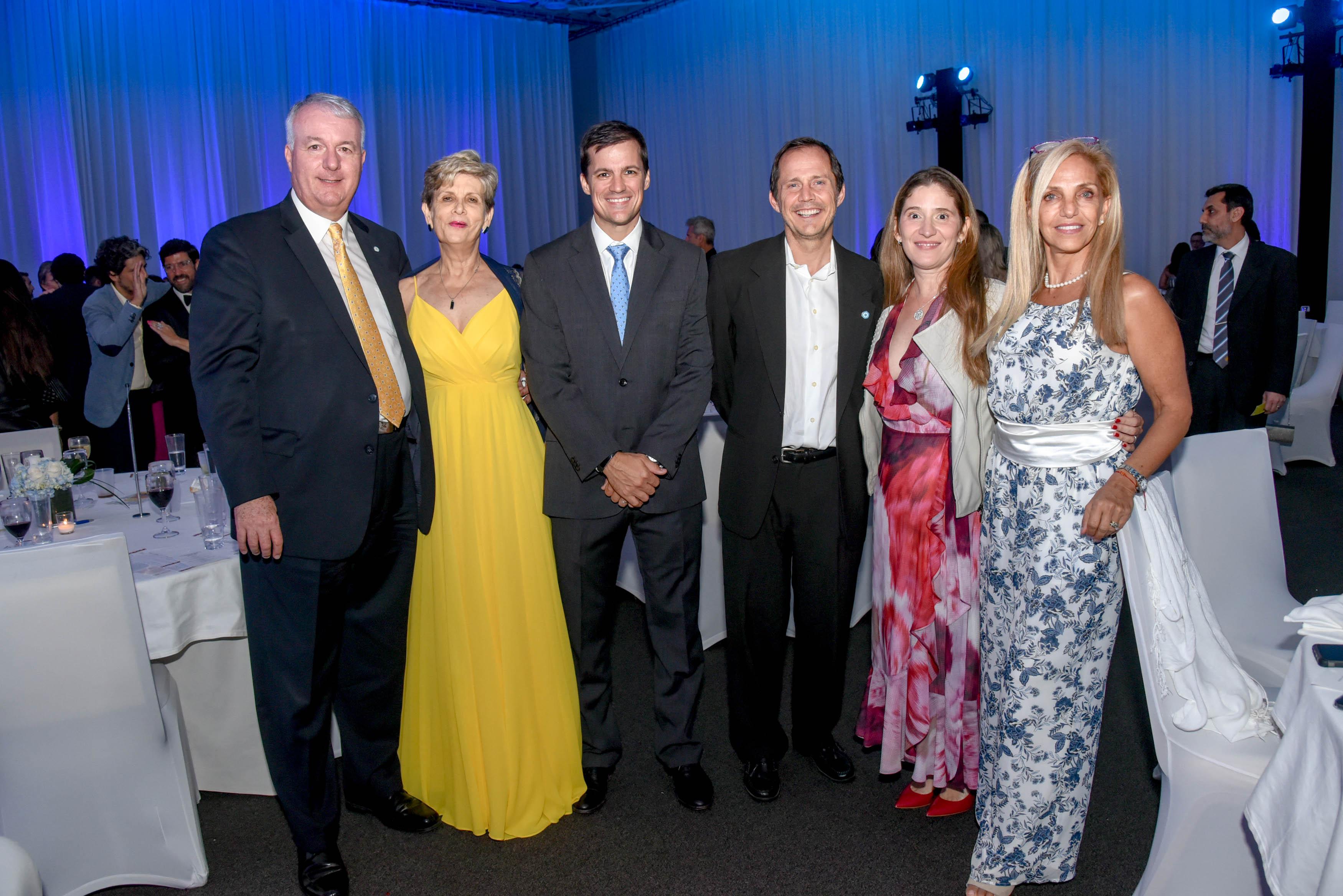 Marcelo Bottini, Director Regional de Aerolineas Argentinas y Secretario de la AACC, con su esposa, Luciano Macagno (Delta Airlines) y amigos