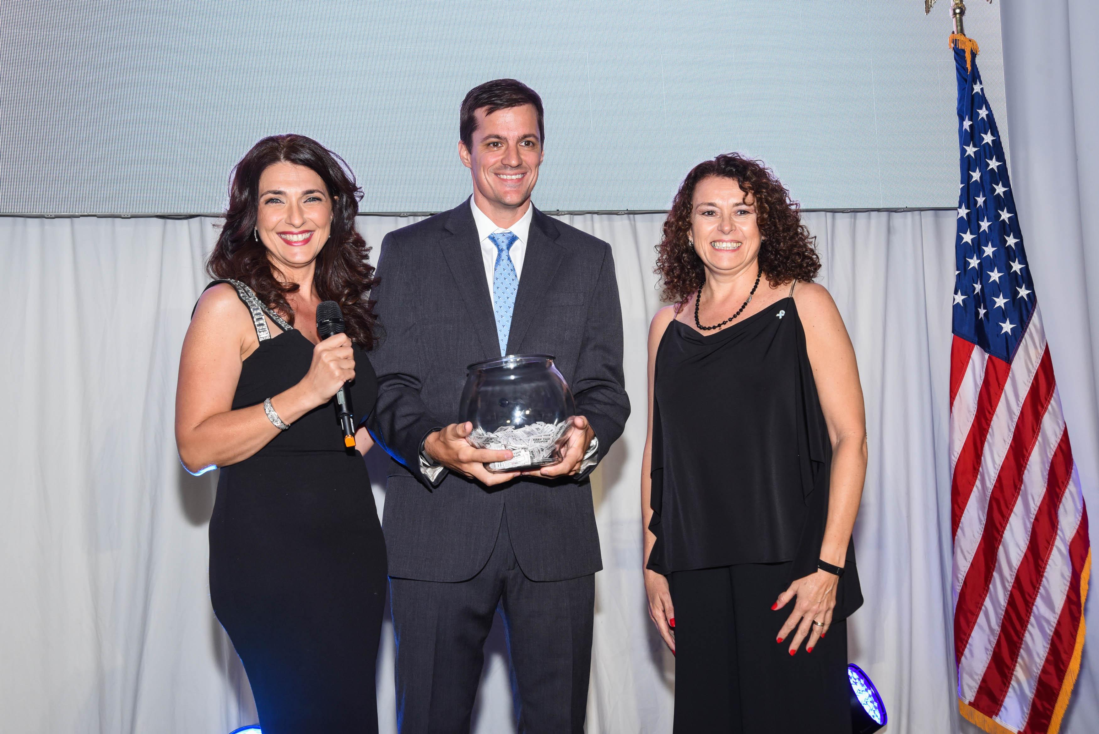 Fatima Slame y Luciano Macagno, Director para LATAM de Delta Airlines, con la afortunada ganadora de dos pasajes a Argentina.