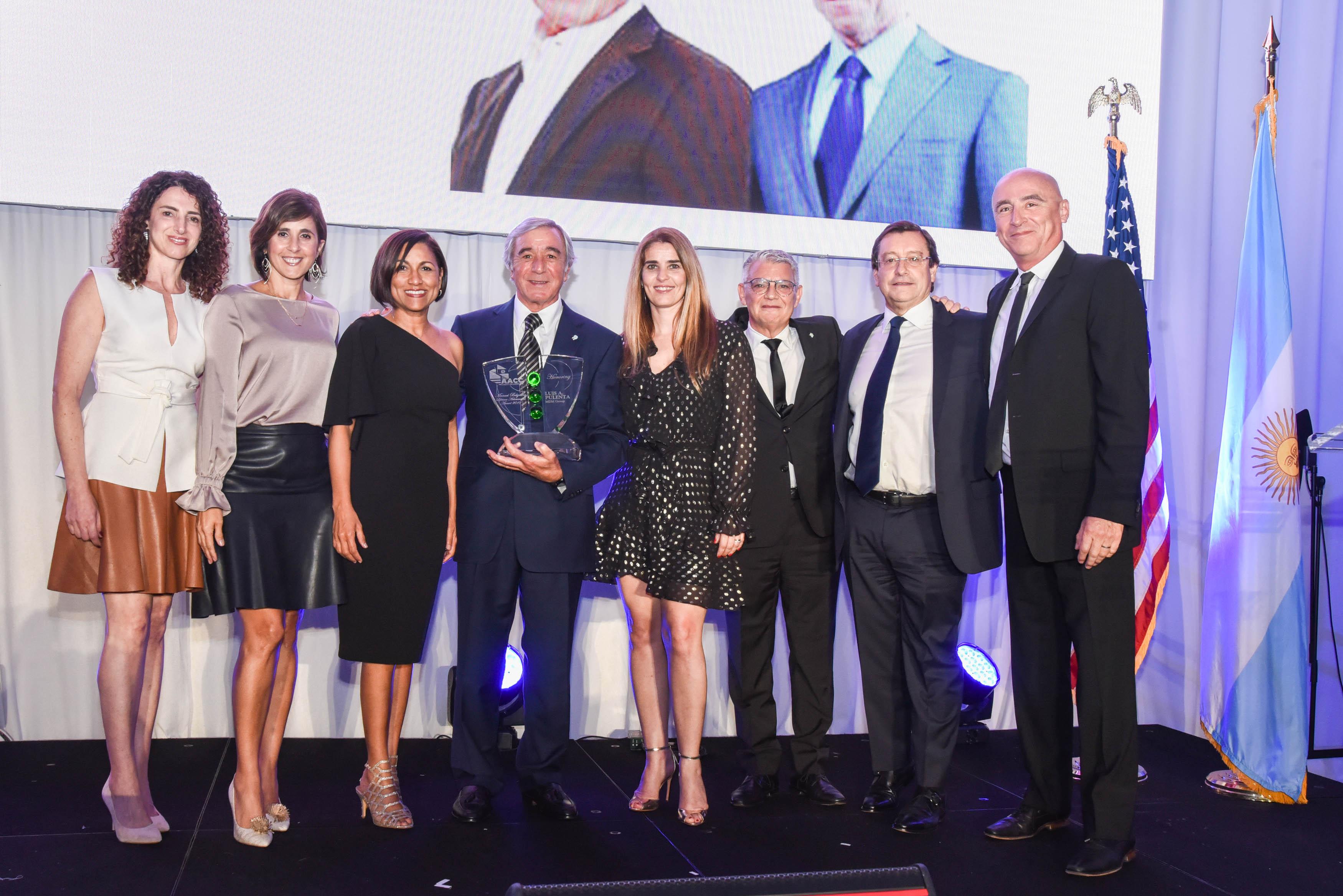 Luis Pulenta (MDM Group) recibe el Premio Manuel Belgrano a la Trayectoria, acompañado de su equipo