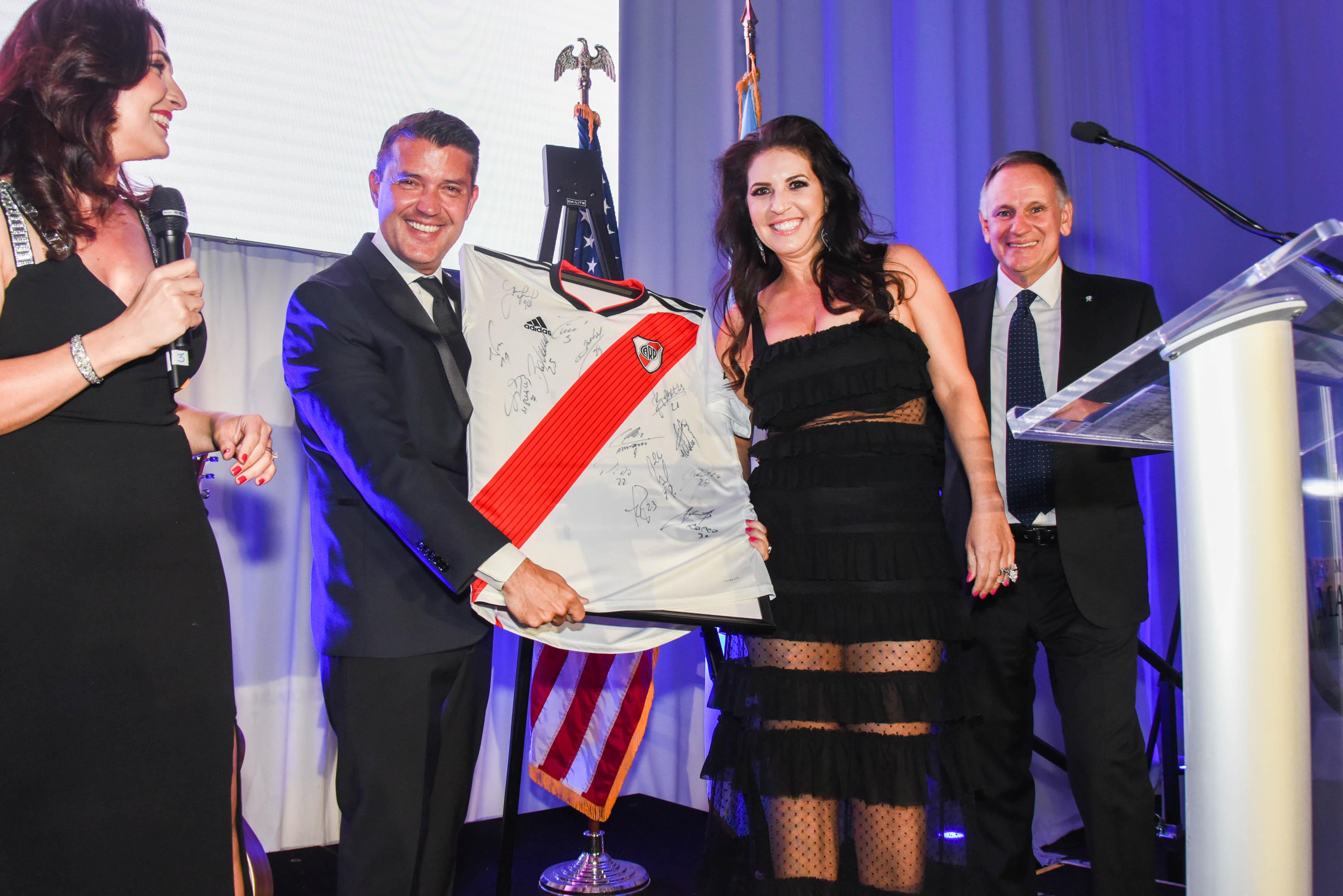Diego Molinari, Vicepresidente 1ro. De la AACC y Jessica Schnaider, ganadora de la camiseta de River Plate.