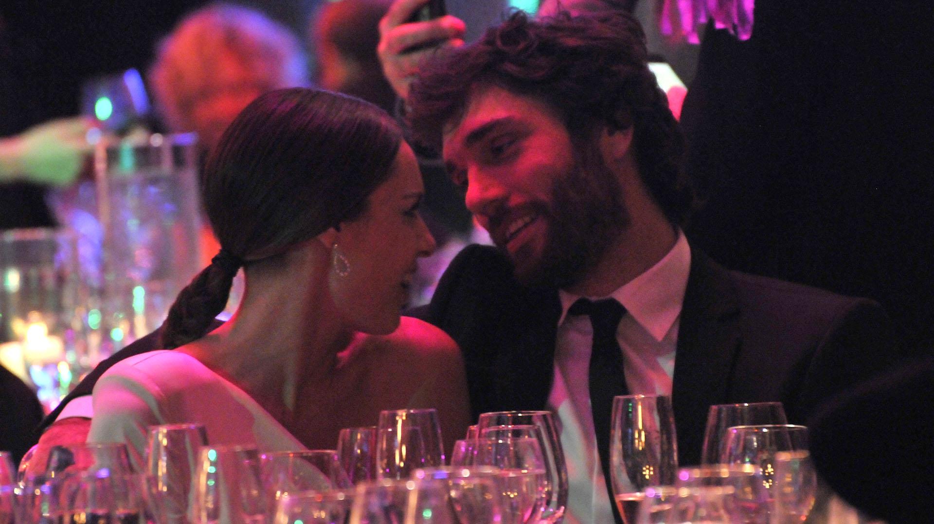 La modelo y su novio Mariano Barlcarce disfrutaron de la gala