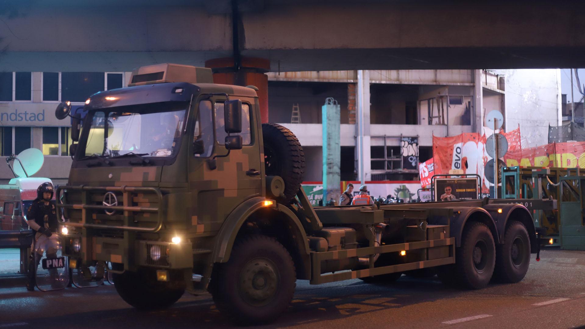 El camión Mercedes Benz 2626 que trasladó la Supervalla hasta el Puente Pueyrredón