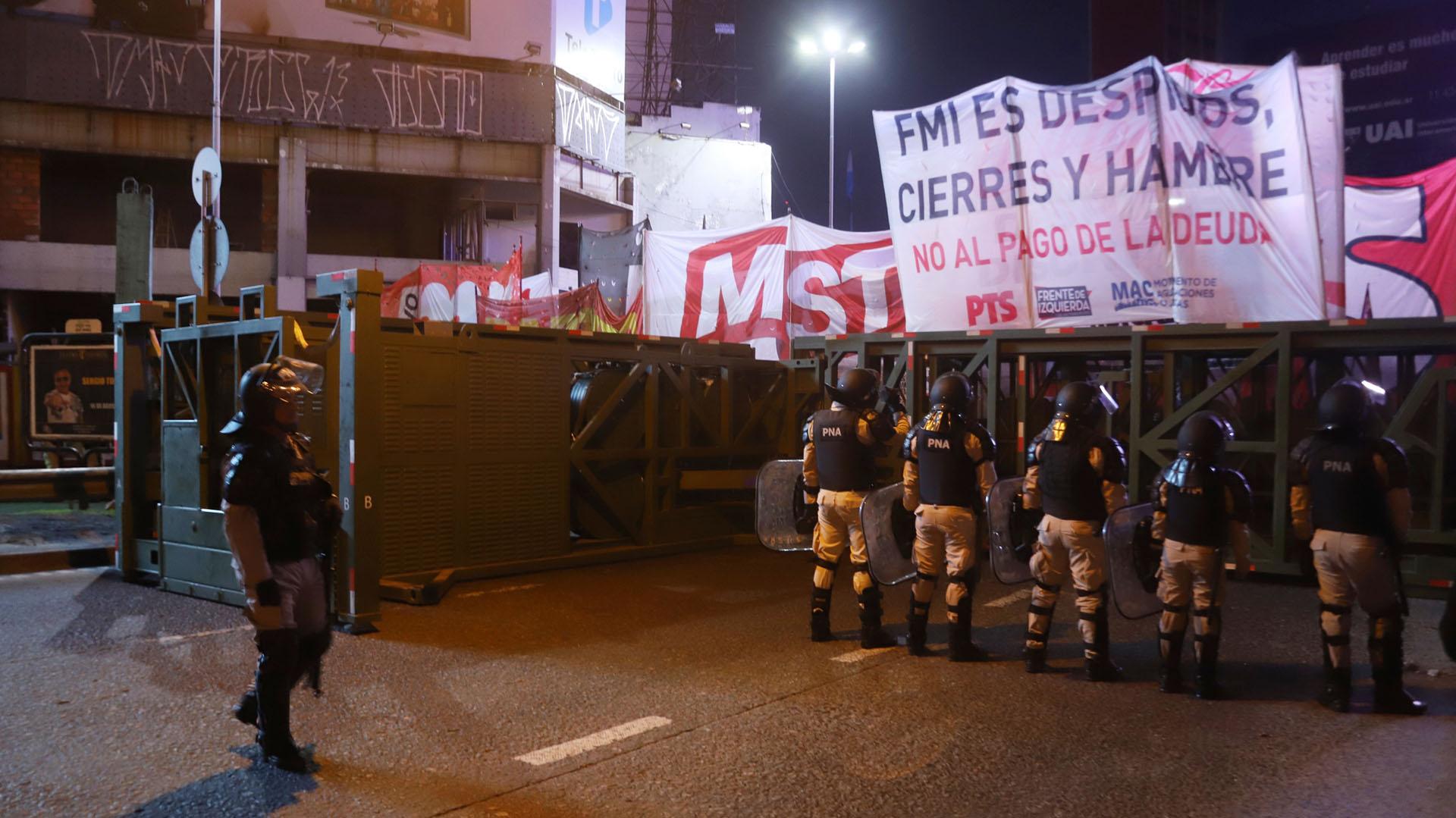 Subida al Puente Pueyrredón. Efectivos de Prefectura impiden que los manifestantes crucen hacia la Ciudad de Buenos Aires