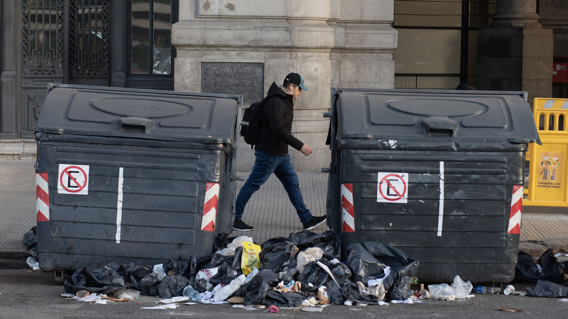 Por el paro, no hay recolección de residuos y la basura se acumula sobre las veredas