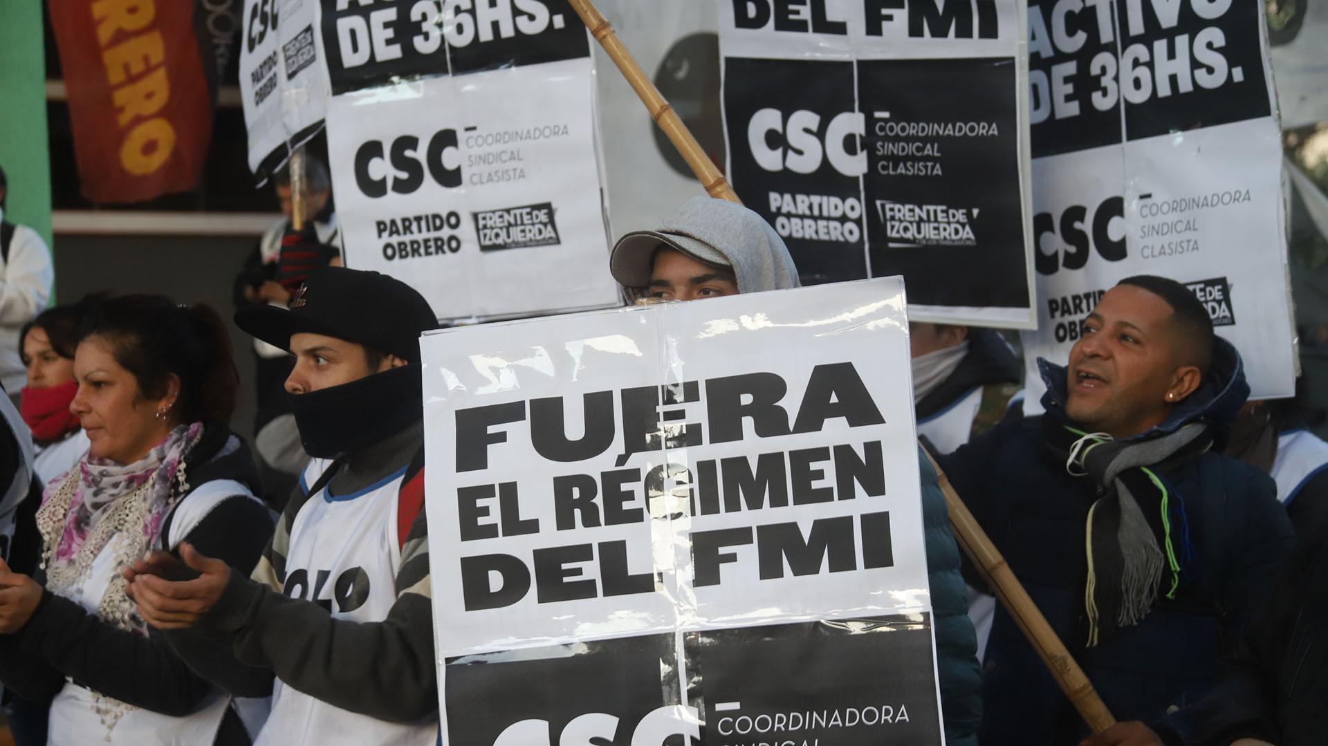 Activistas del Partido Obrero con pancartas rechazan elacuerdo con el Fmi