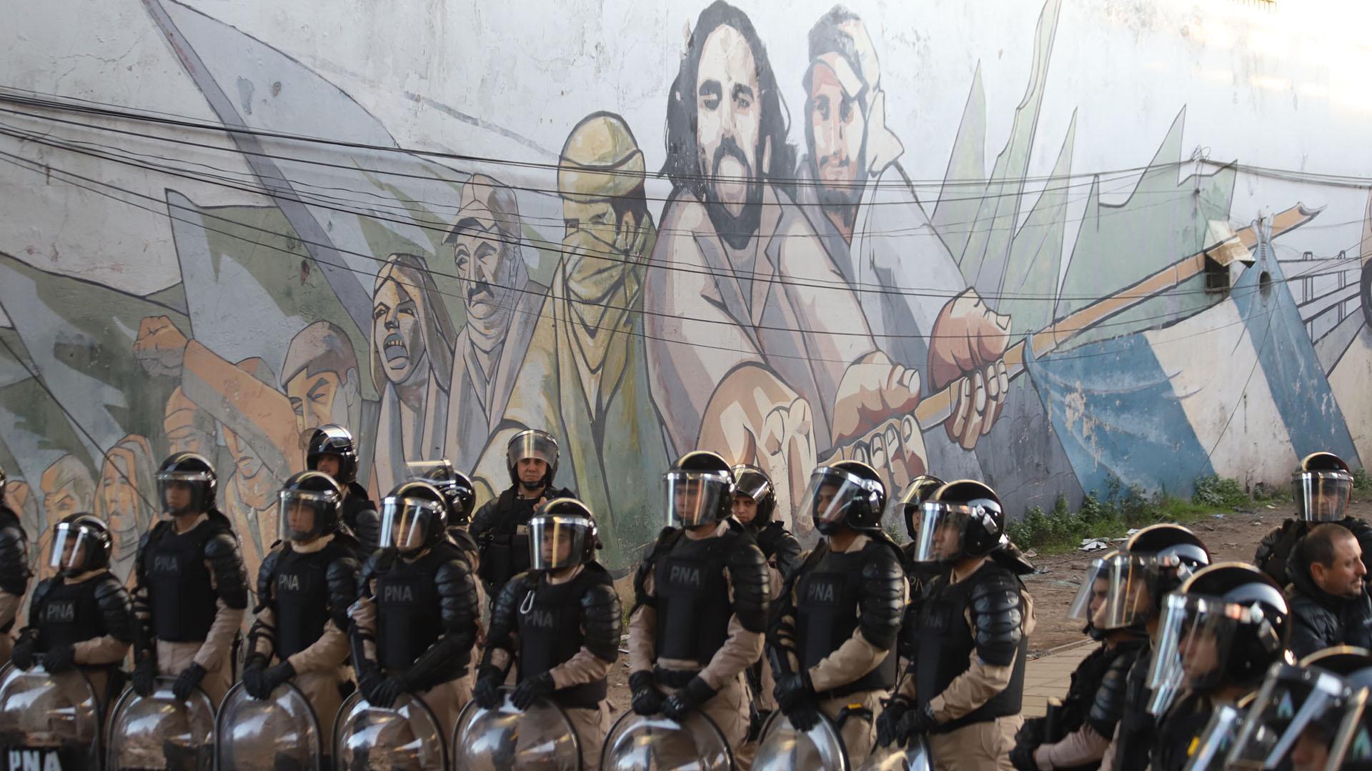Cordón de prevención de efectivos de la Prefectura impiden que los manifestantes avancen sobre el Puente Pueyrredón, en Avellaneda