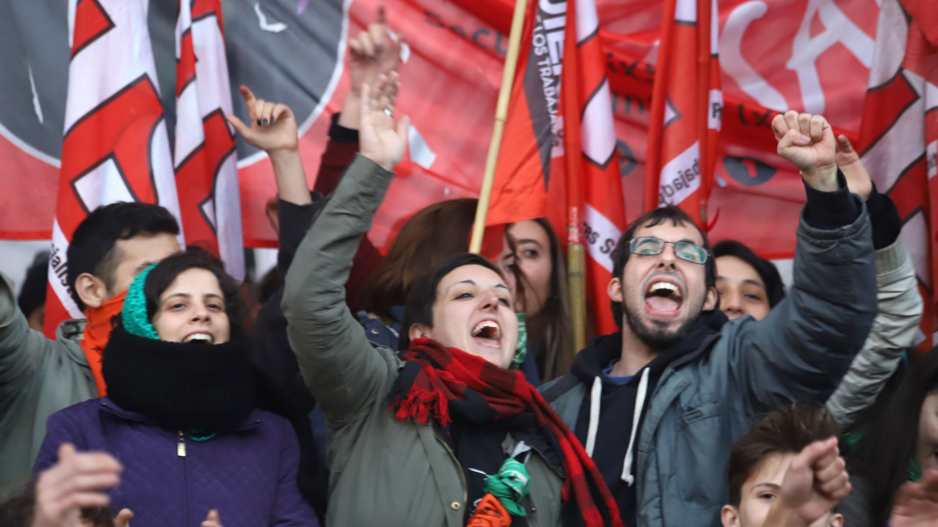 Grupos de izquierda marchan hacia el Obelisco
