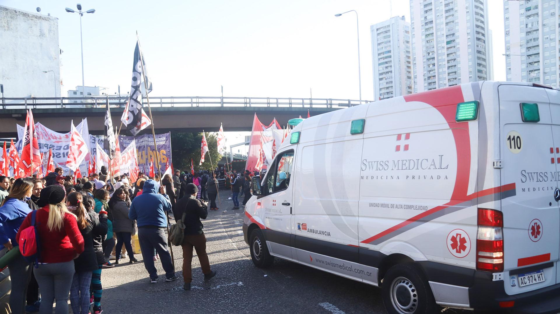 Una ambulancia no pudo subir al Puente Pueyrredón por la instalación de la Supervalla