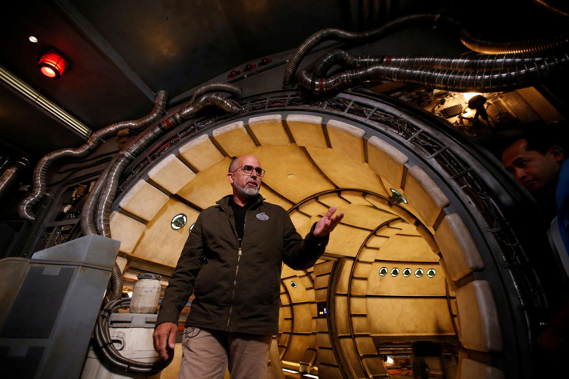 Scott Mallwitz, Director Creativo Ejecutivo de Walt Disney Imagineering, camina por la cubierta del Halcón Milenario