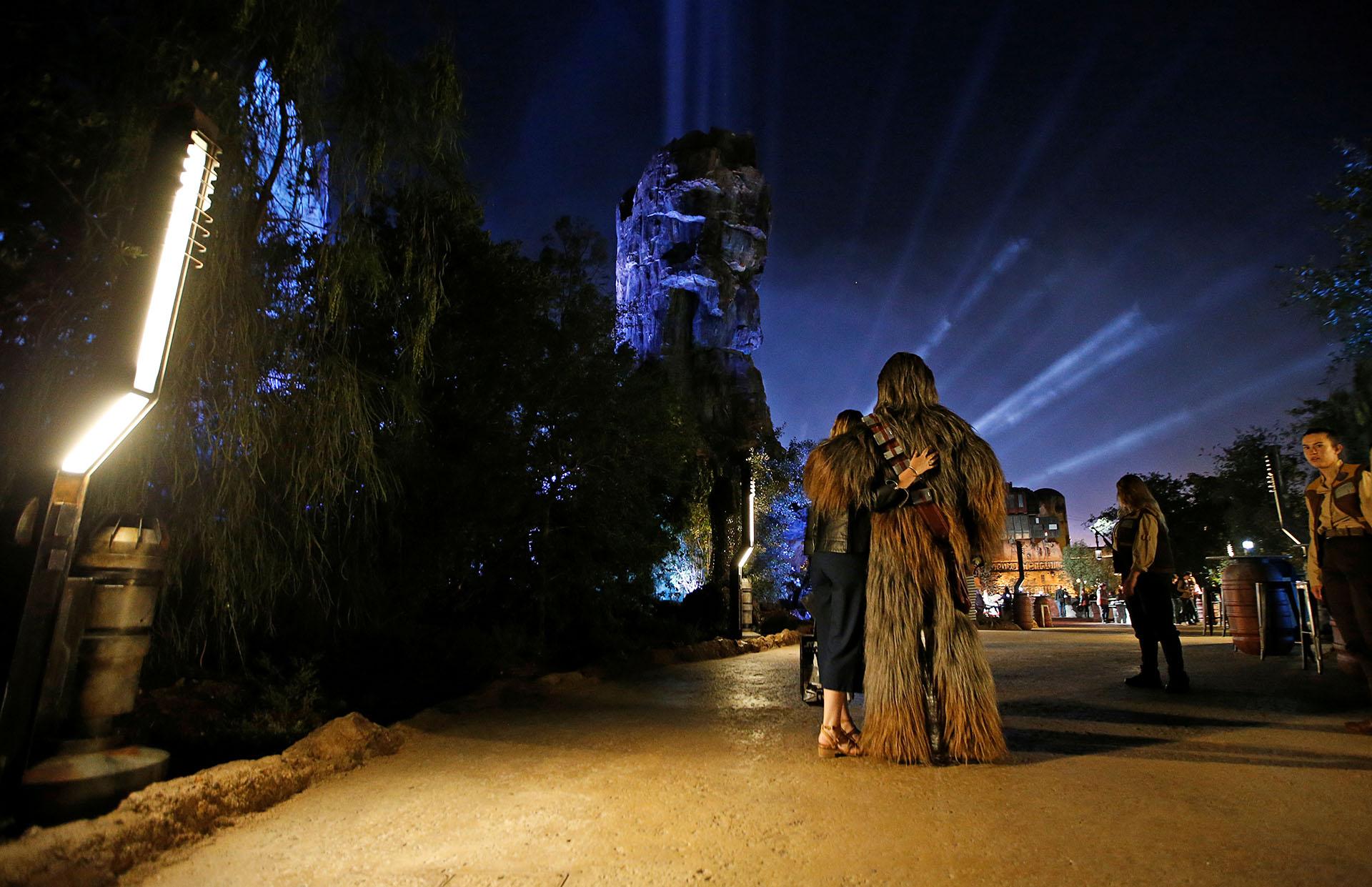 Los invitados se toman fotos con un miembro del personal vestido como el personaje de Chewbacca