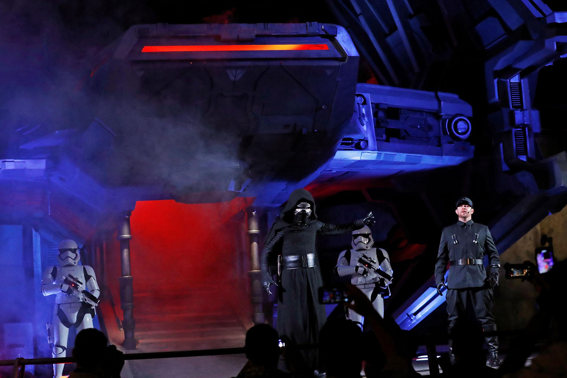 Empleados de Disneyland realizan una actuación para la presentación del nuevo parque de Disneyland