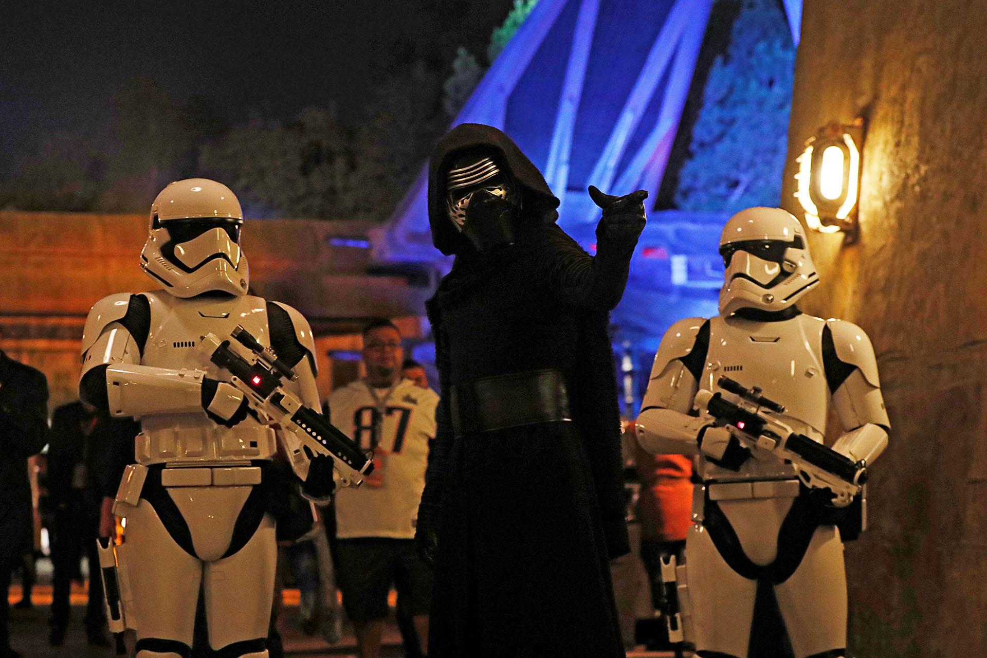 Empleados disfrazados de Stormtroopers y el personaje Kylo Ren (Reuters)