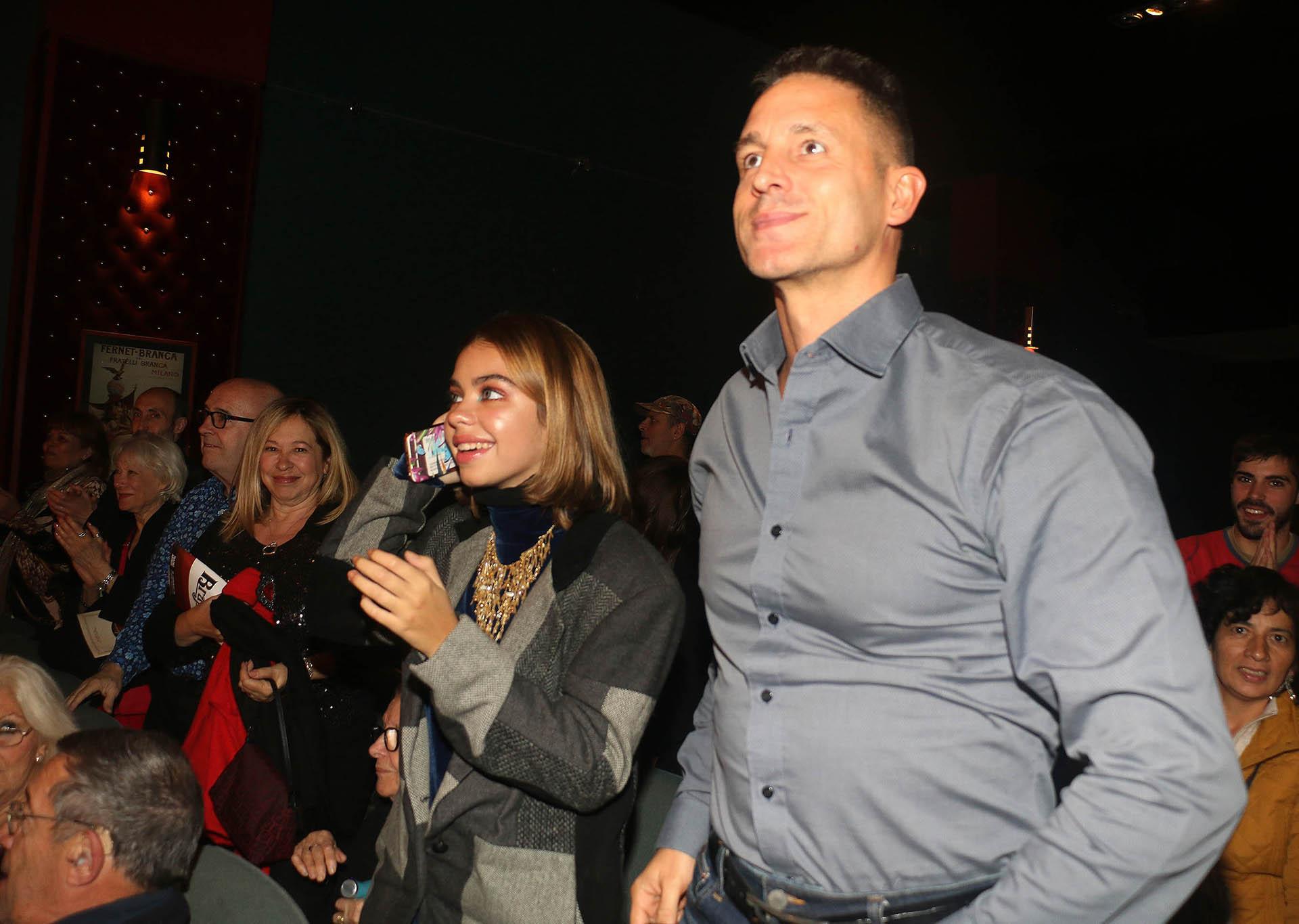 En medio de rumores de romance, el abogado de la actriz, Juan Pablo Fioribello, también aplaudió a Andrea del Boca desde la platea, sentado al lado de la familia de ella