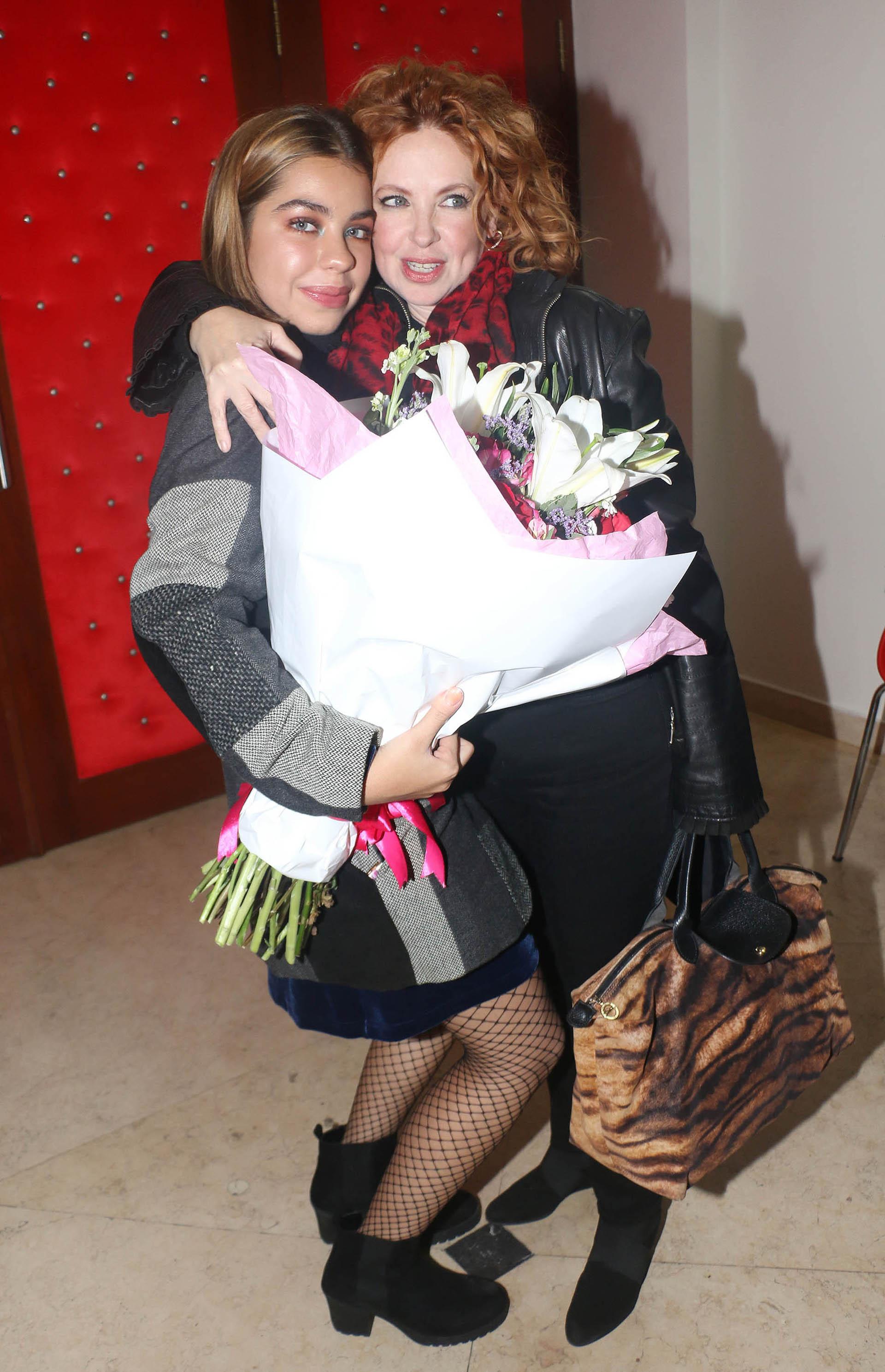 Anna Chiara sorprendió a su madre con un ramo de flores que le entregó al final de la función