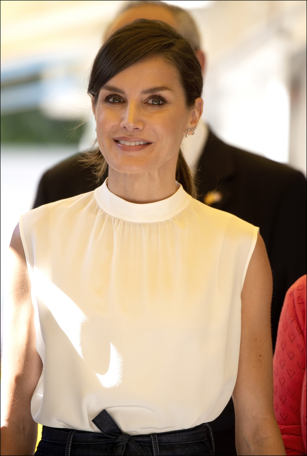 La blusa elegida por Letizia es de Hugo Boss. Completó el look con unos aros delicados.