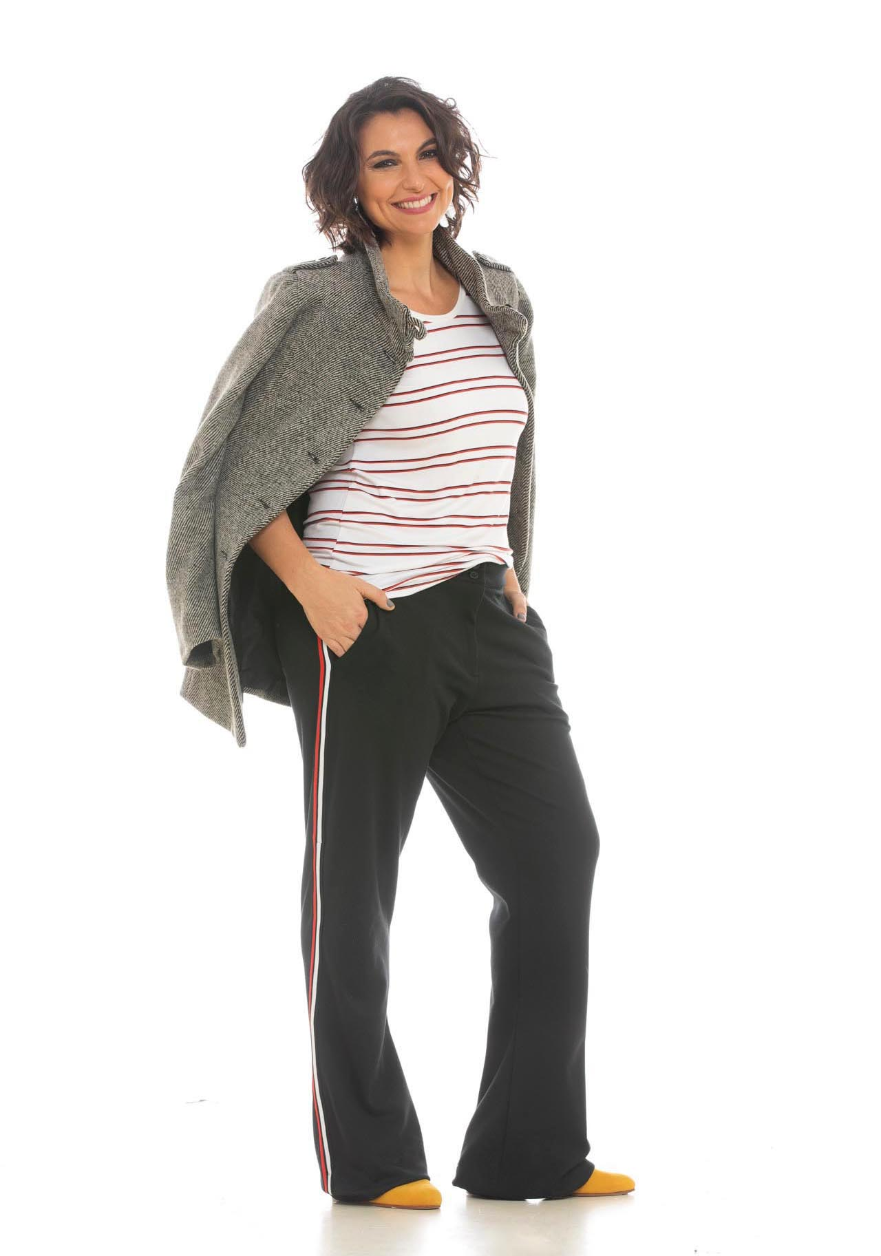 Sacón espigado, remera rayada, pantalón con franja lateral ($ 8.980, $ 1.799 y $ 3.200).
