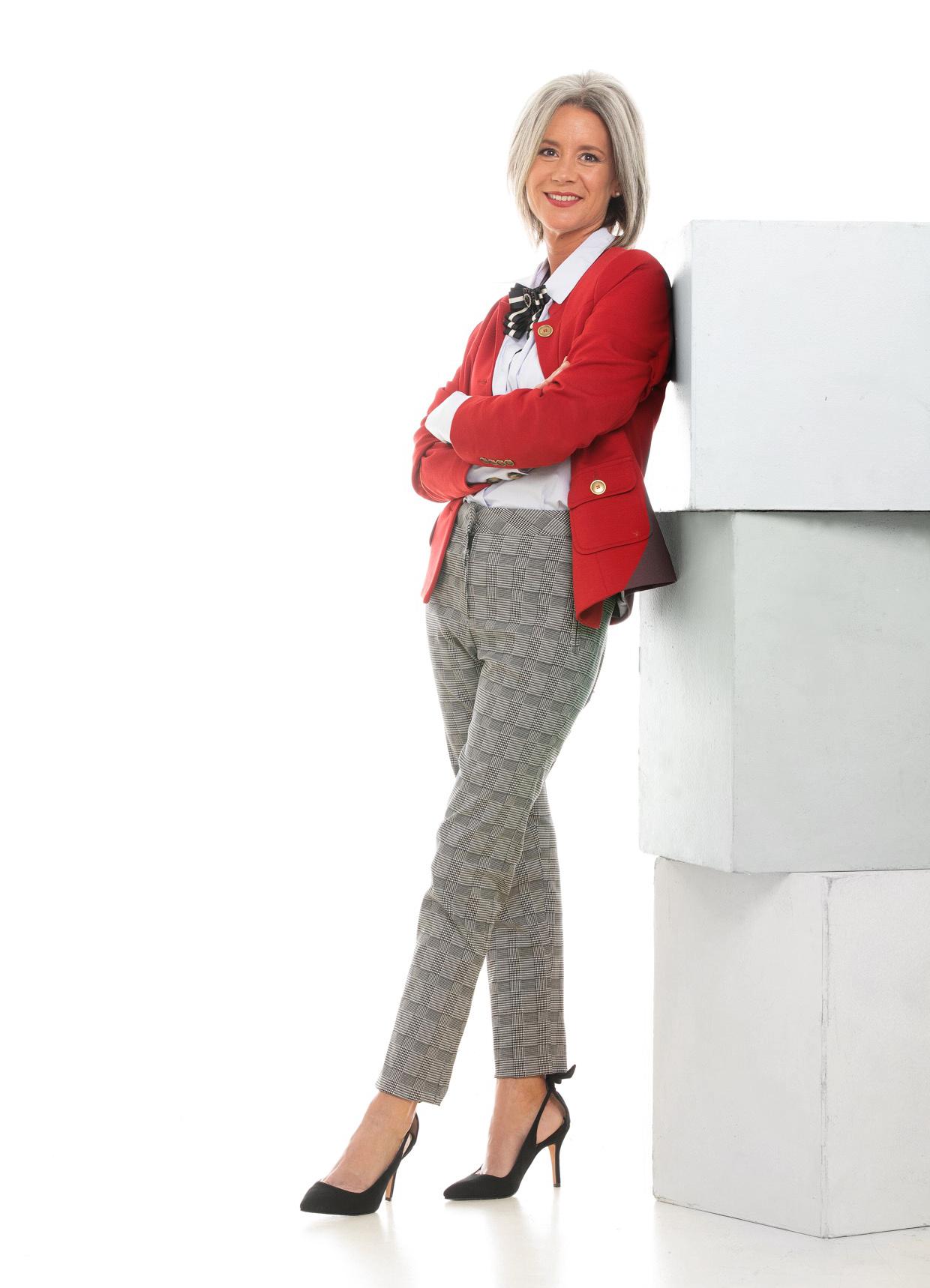 Blazer con bolsillos, camisa y pantalón príncipe de Gales ($ 5.800, $ 3499 y $ 3.400).
