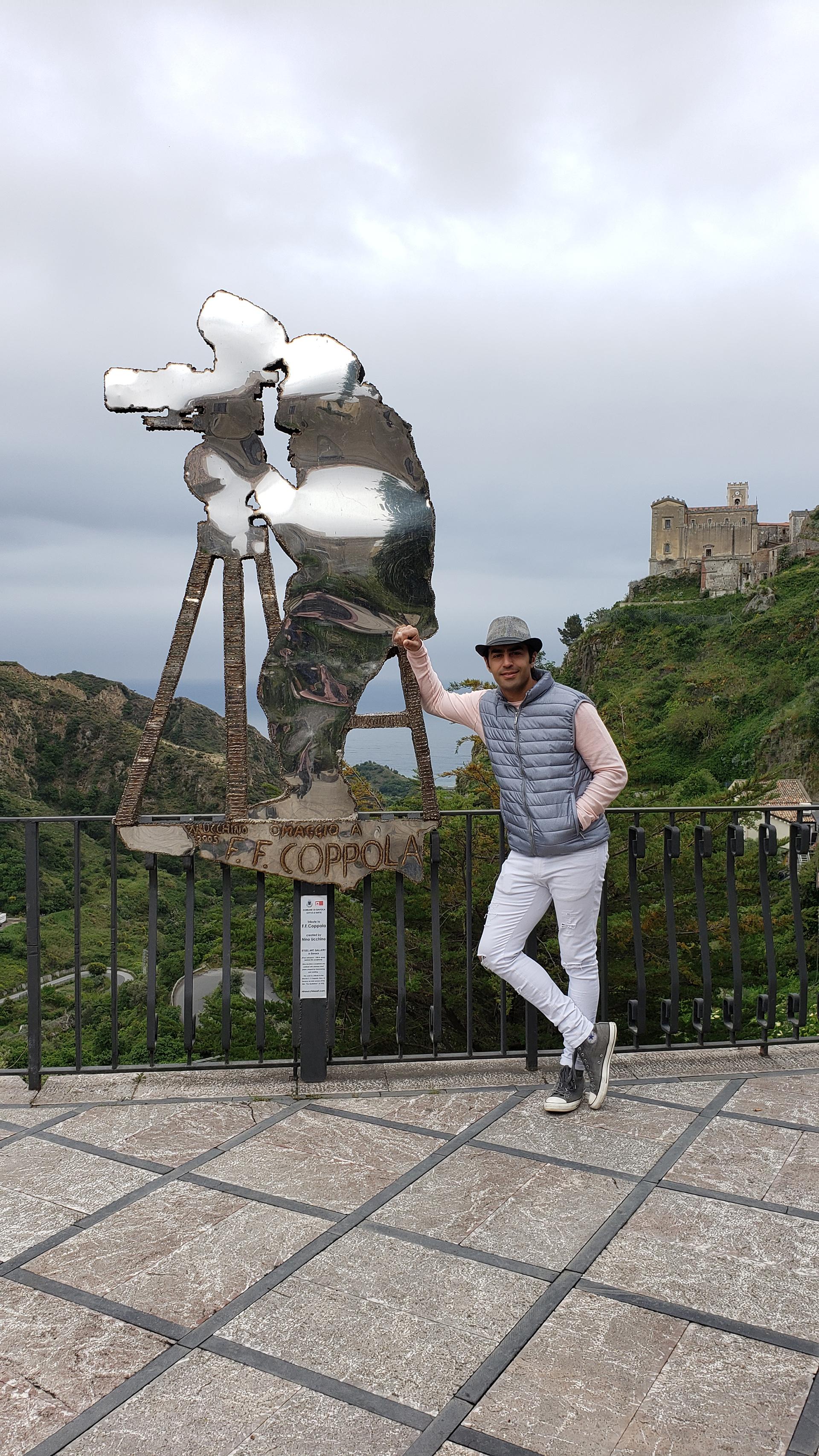 """Alejandro Cupitó viajó a Taormina, Sicilia, el pueblito en donde se filmó """"El Padrino"""". Allí recorrió la Catedral, el mítico bar en donde se rodaron muchas de las escenas y posó con la escultura en honor al director del filme, Francis Ford Coppola"""