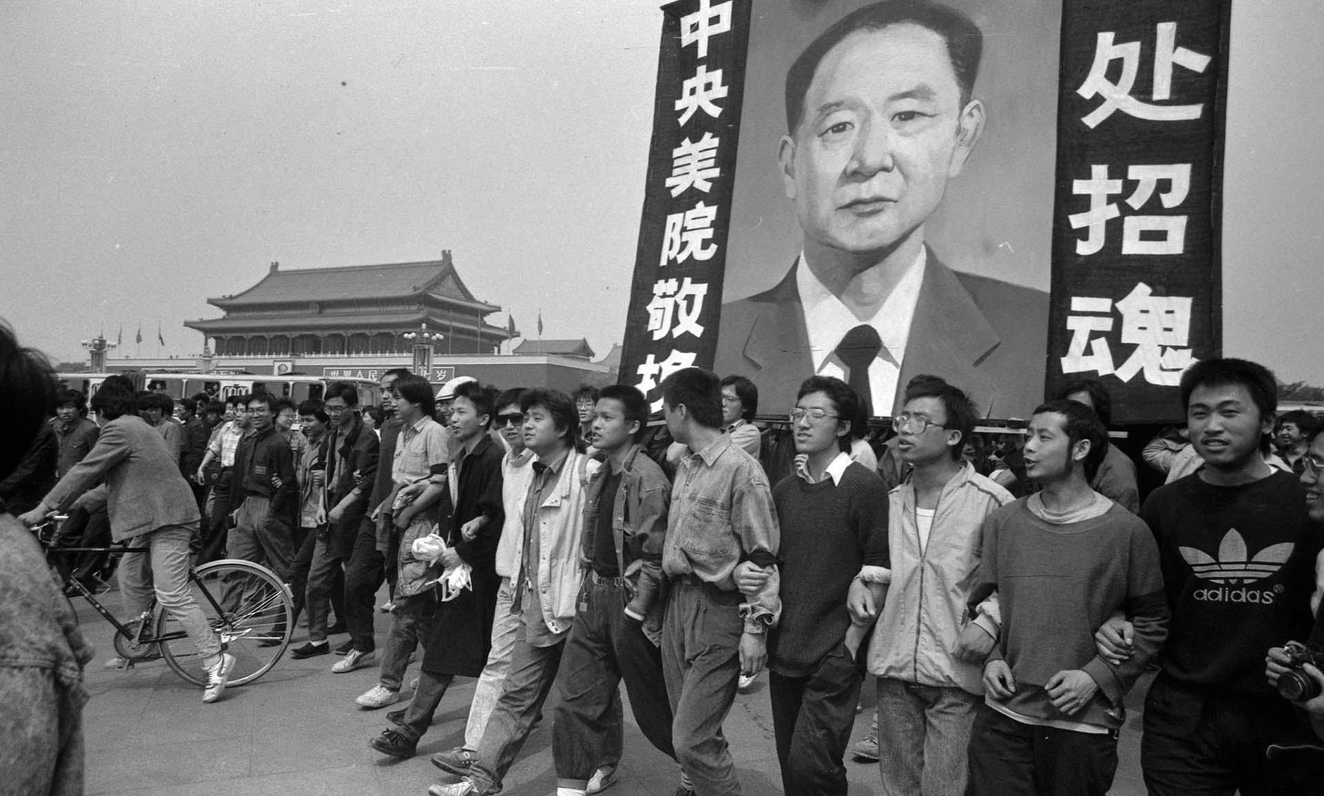 Jóvenes estudiantes reclamando una democratización del régimen chino (Jian Liu)