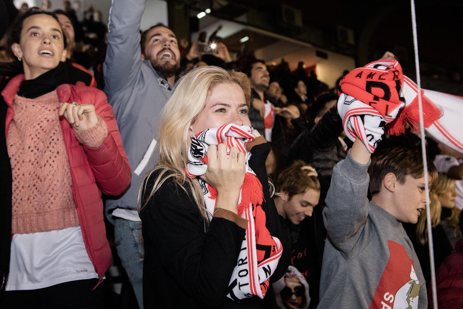 """La """"China"""" Suárez fue invitada por Qatar Airways al Estadio Momumental para ver el partido en el que River ganó la Recopa Sudamericana frente al Athlético Paranaense de Brasil. La actriz fue con el hijo de Benjamín Vicuña, su hermano y varios amigos (Foto: Grupo Mass+)"""