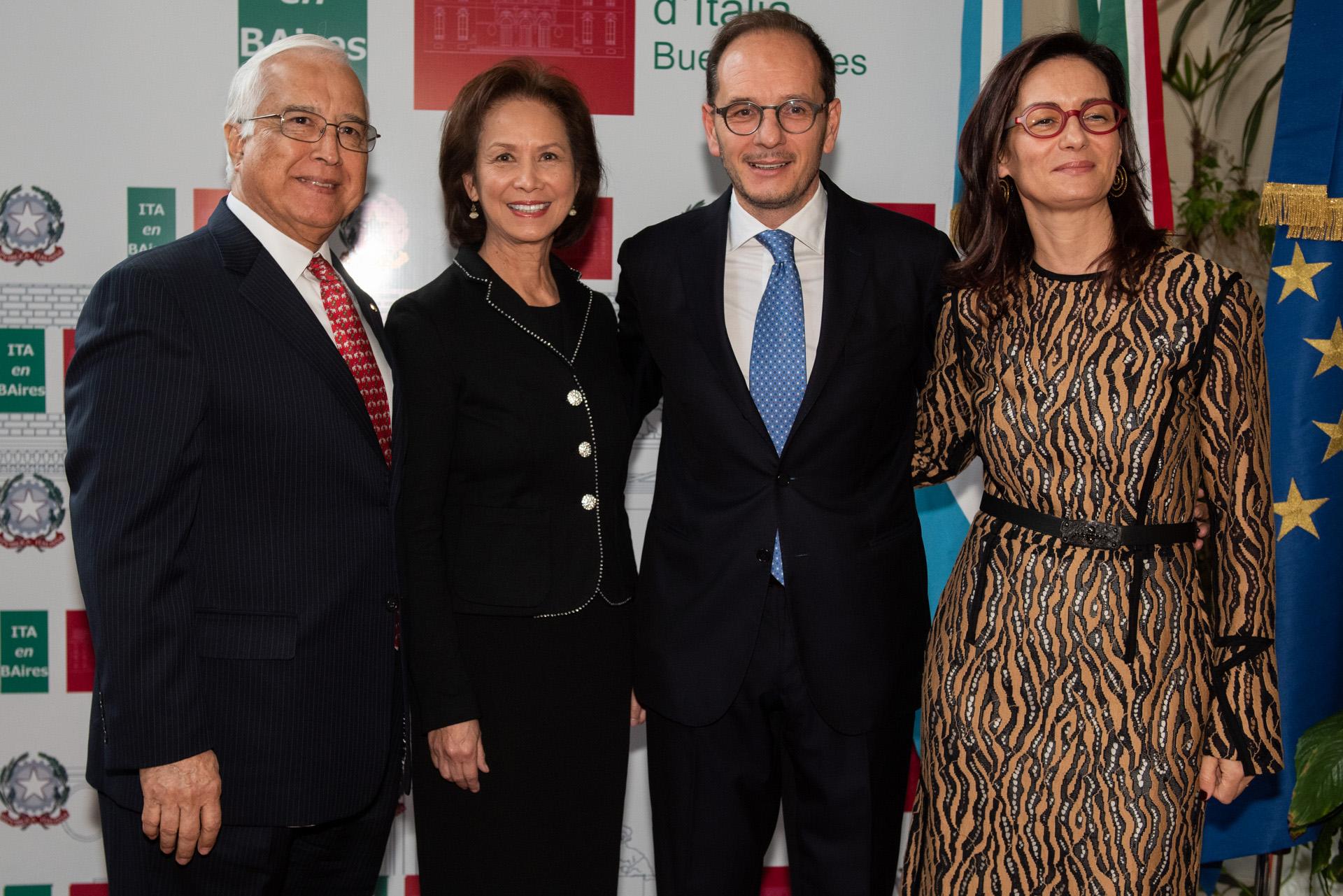 El embajador de los Estados Unidos en la Argentina, Edward Prado, y su mujer María junto a los embajadores italianos