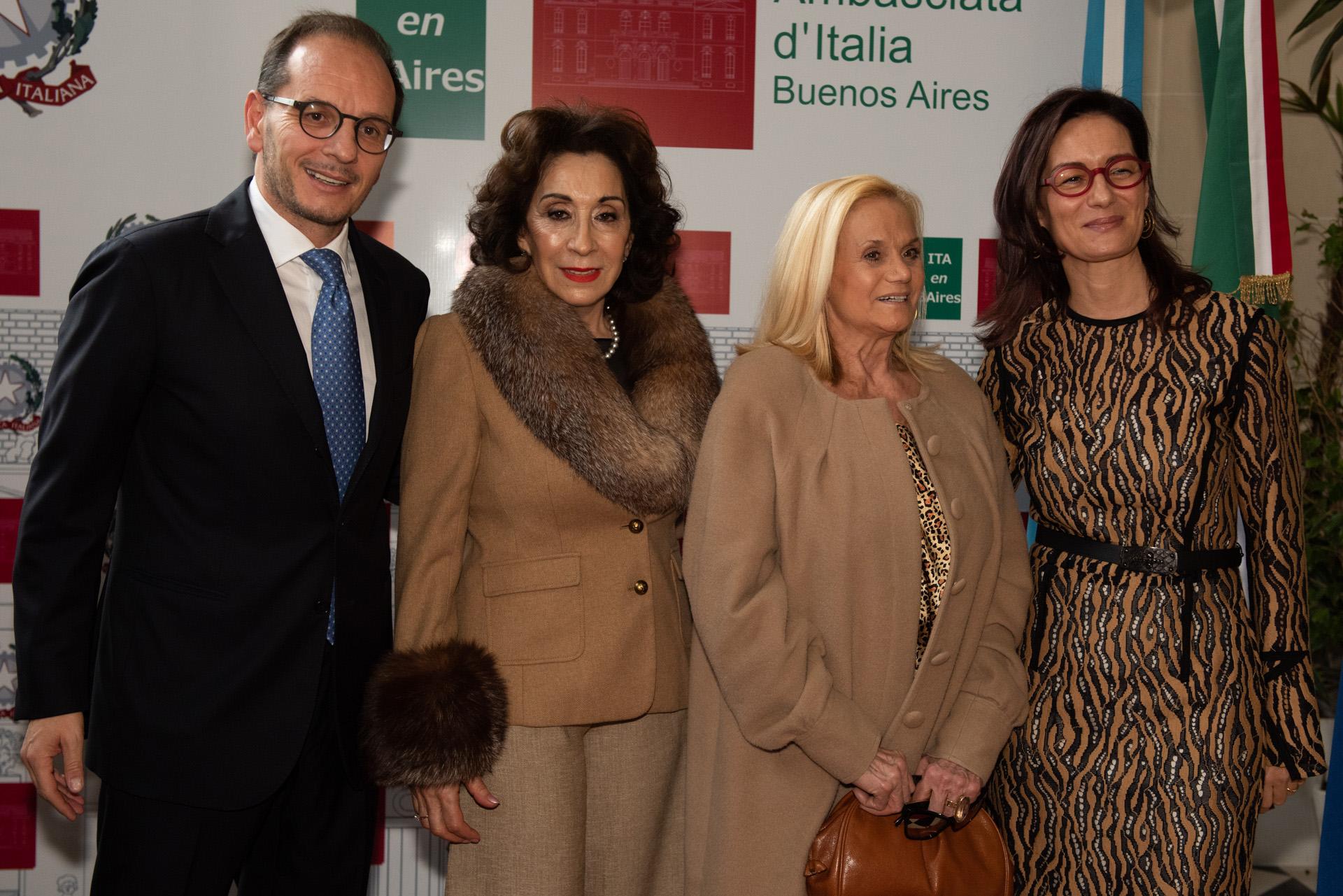 Los embajadores junto a Graciela Pérez Lastra y Elsa Serrano