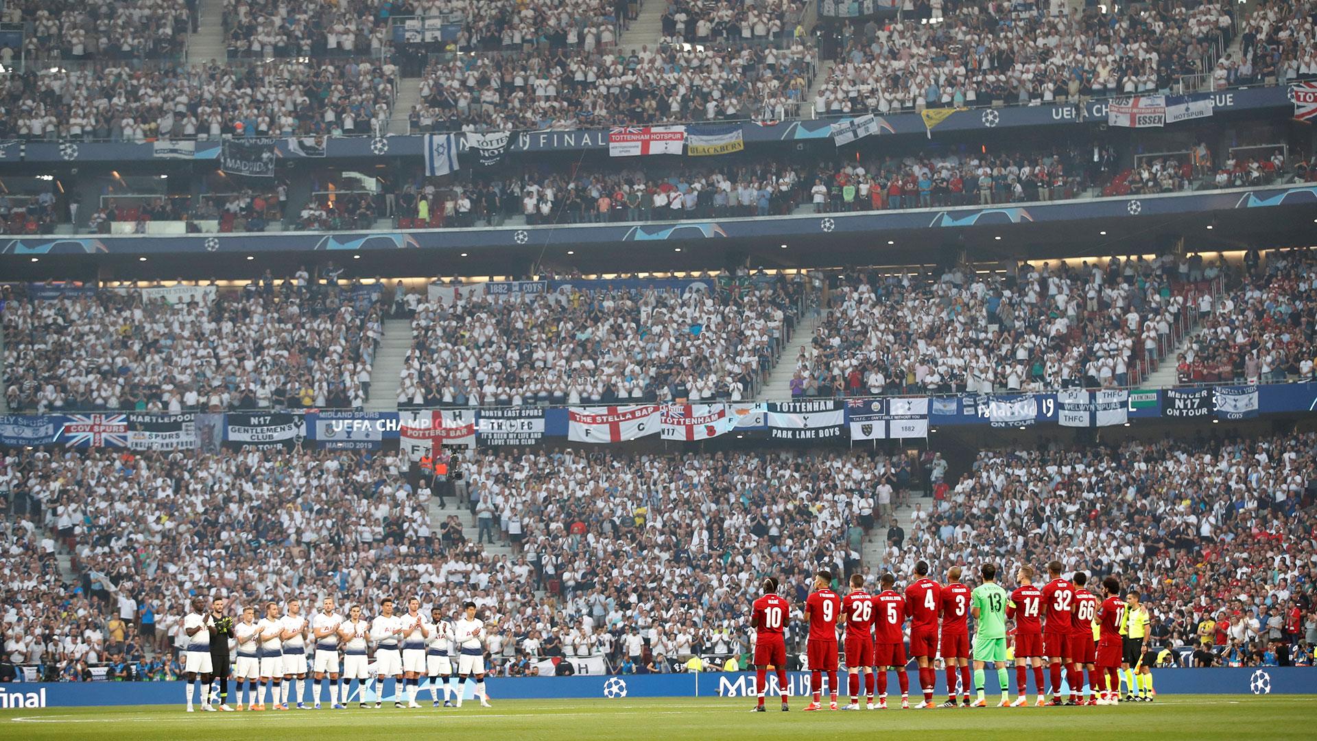 """En la previa hubo un minuto de silencio por la muerte del ex futbolista José Antonio """"La Perla"""" Reyes (Reuters)"""