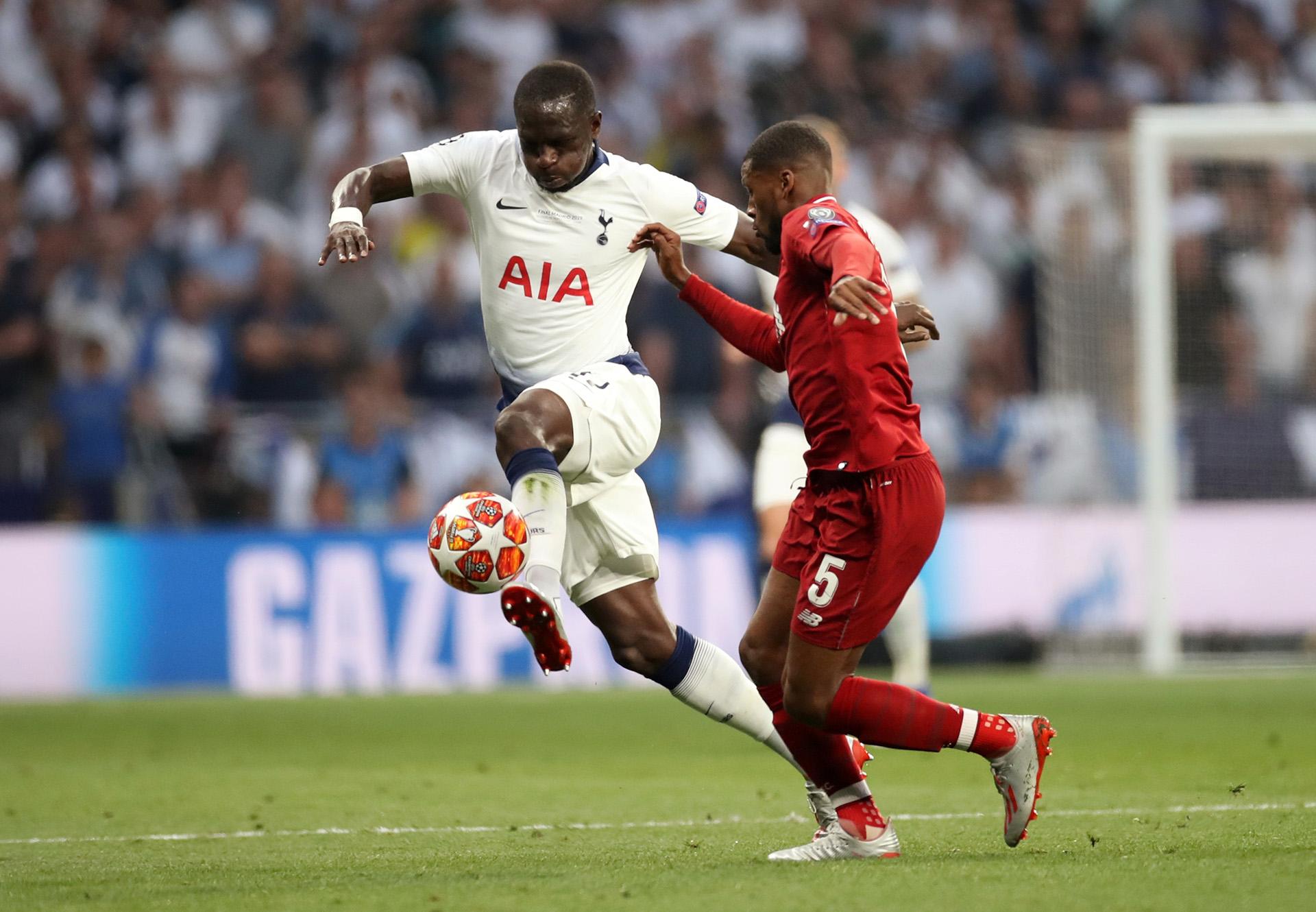 Moussa Sissoko pelea una pelota con Georginio Wijnaldum (REUTERS)