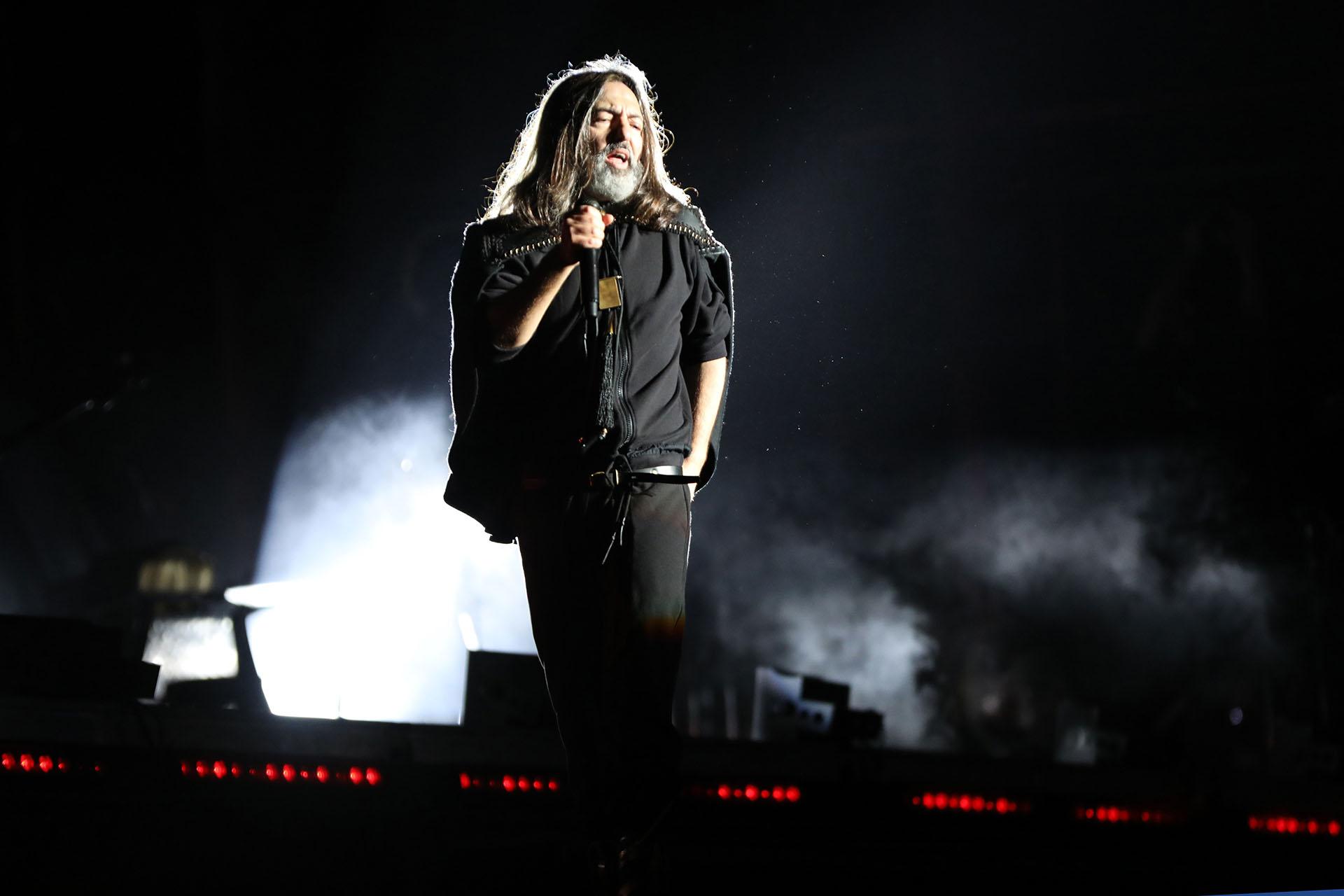A las 20.45, los siete músicos aparecieron en la oscuridad del escenario y como un vampiro encarnado en gaucho con capa