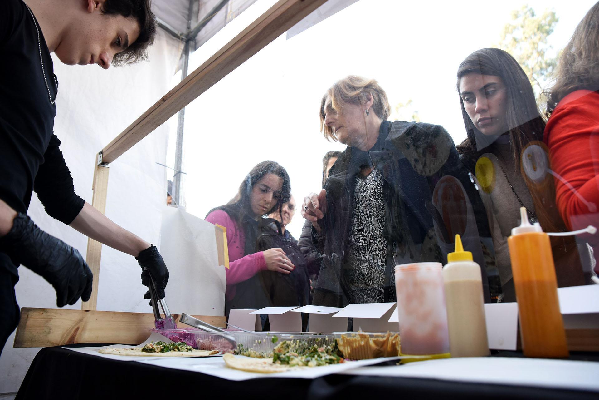 El público también disfrutó de una amplia oferta gastronómica, típica de Israel y del Medio Oriente: falafel, shawarma y hummus, entre otras delicias. La gente se agolpó a los puestos de comida para probar las comidas clásicas de la comunidad