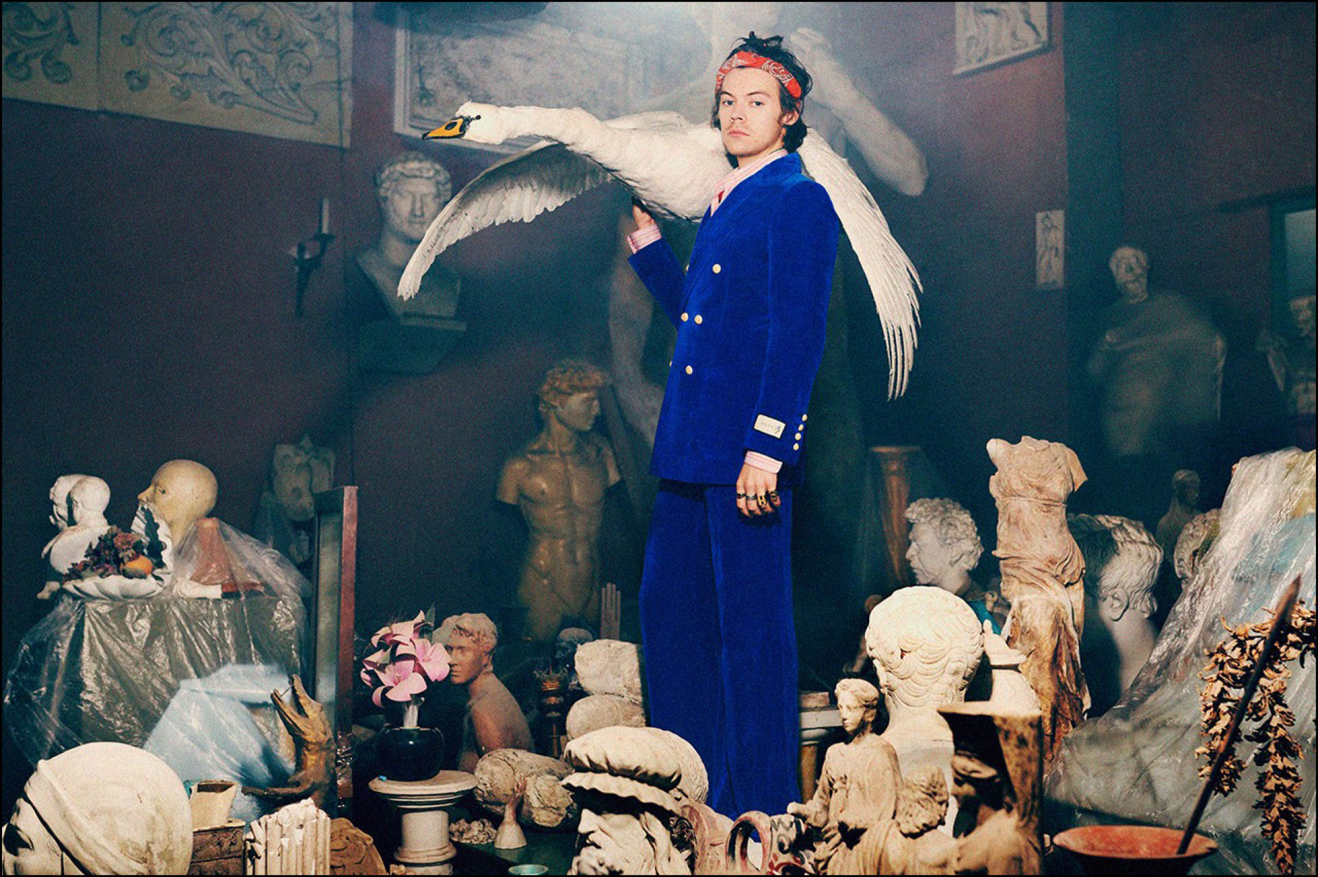 Con un cisne de peluche sobre un hombro, el músico muestra uno de los diseños de Gucci 2019.