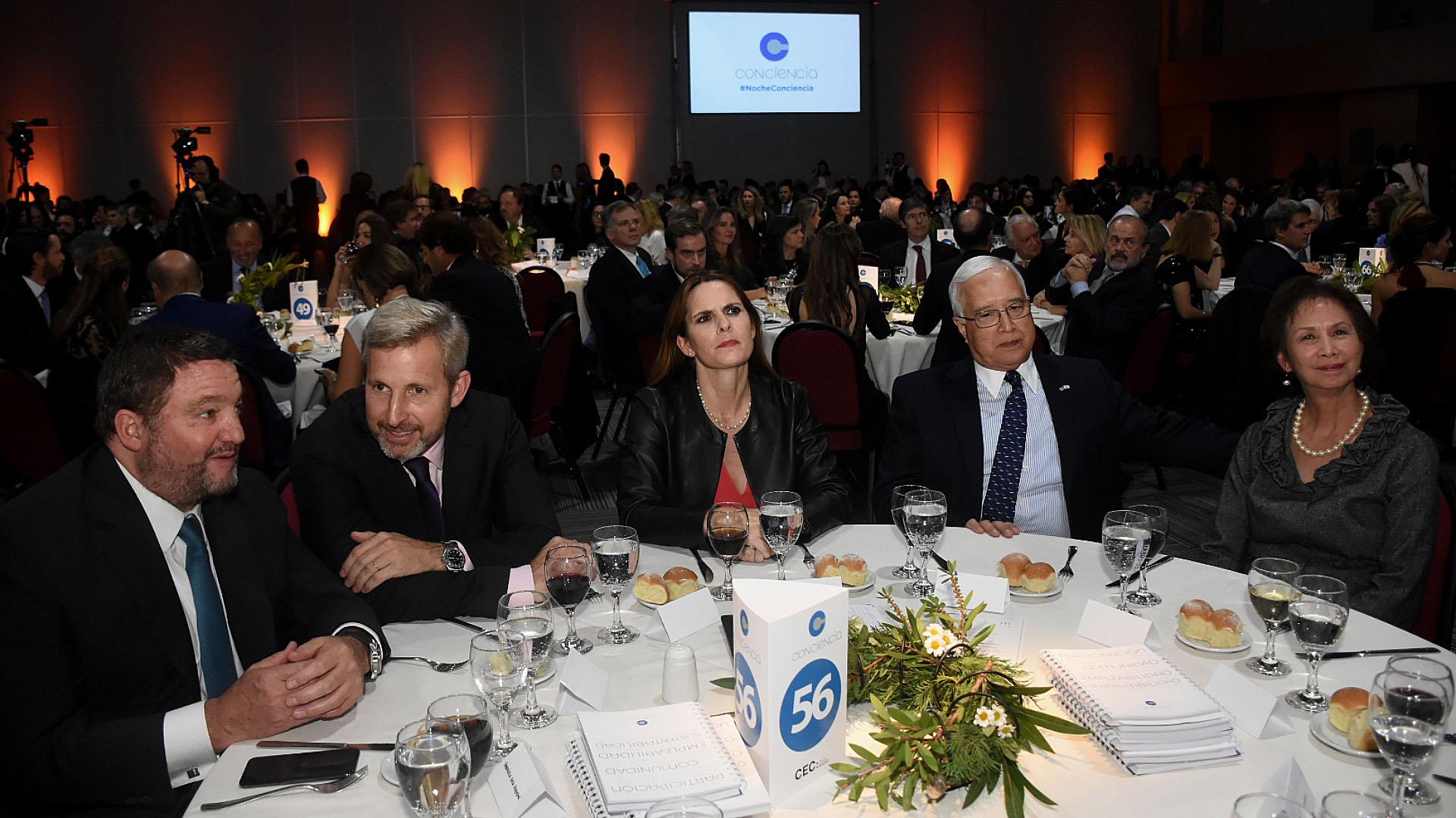 Alejandro Macfarlane junto a Rogelio Frigerio y al embajador Edward Prado y su mujer María
