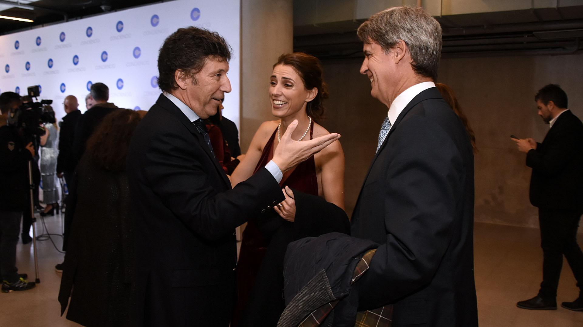 Gustavo Posse junto a Alfonso Prat-Gay y su pareja