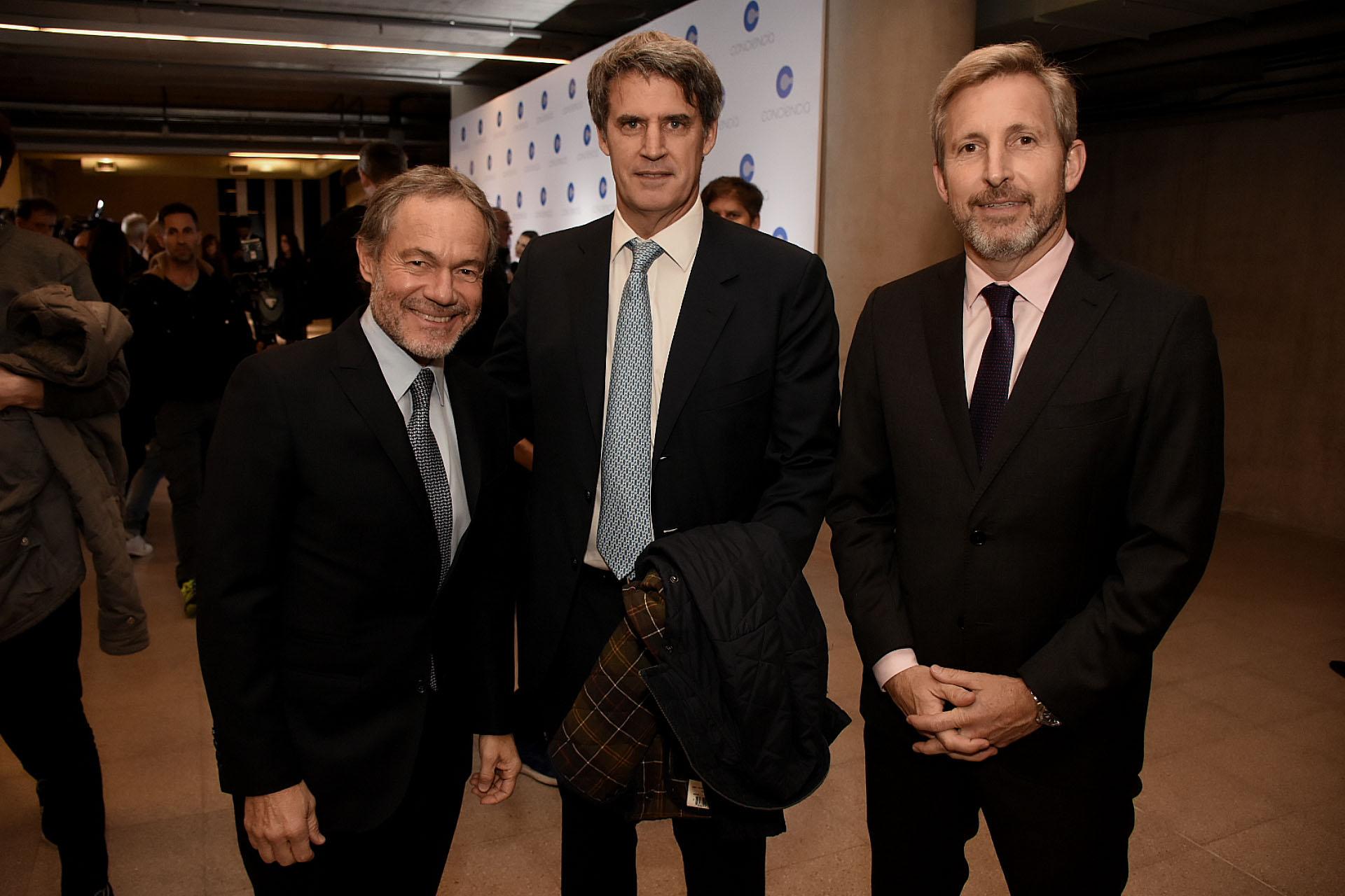 El ministro de Justicia de la provincia de Buenos Aires, Gustavo Ferrari, junto a Alfonso Prat Gay y Rogelio Frigerio