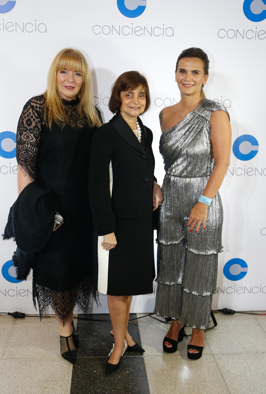 La jueza en lo Penal Económico, Karina Perilli, junto a la empresaria Claudia Stad y Amalia Granata