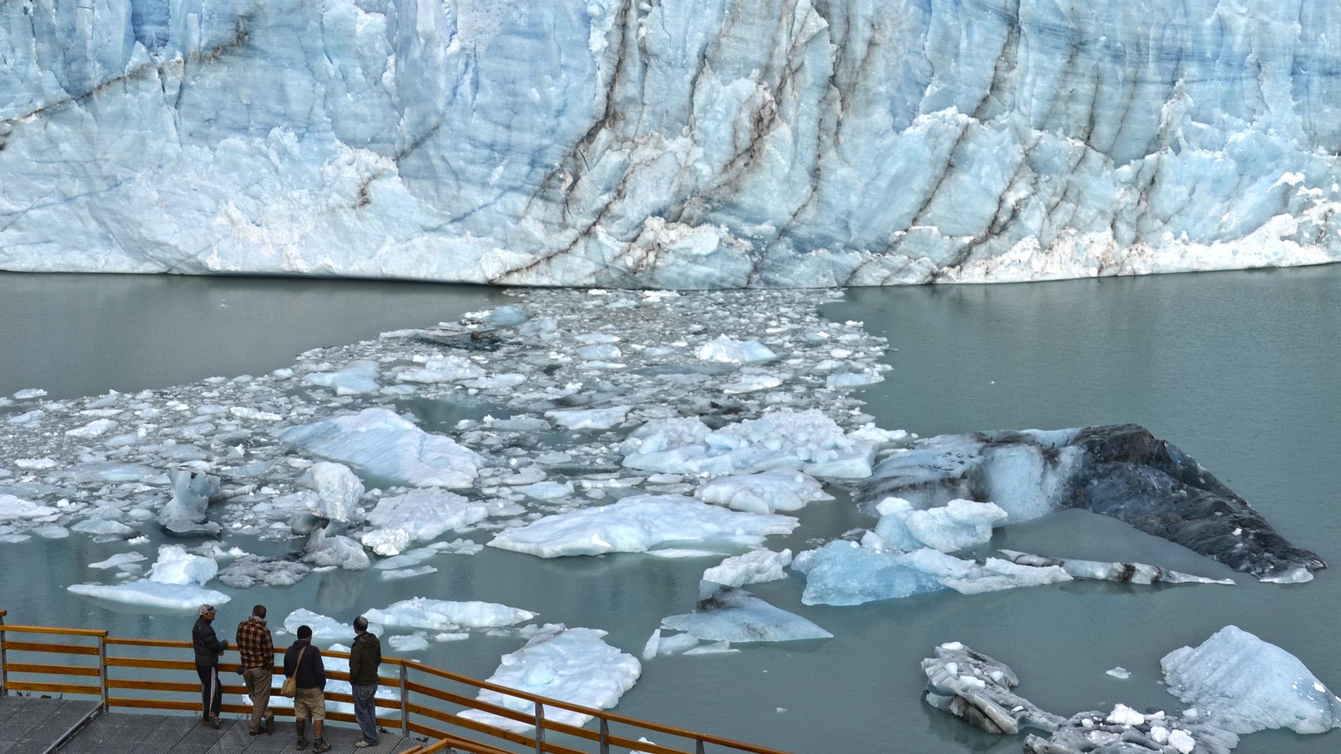 La zona desértica incluye todo el noroeste del país hasta el norte de San Juan. Las condiciones de aridez limitan la formación del hielo y nieve a pequeños parches en los picos más altos, y los glaciares sólo aparecen en volcanes aislados, muchos de los cuales alcanzan más de 6.000 metros de altitud(Foto del Glaciar Perito Moreno)