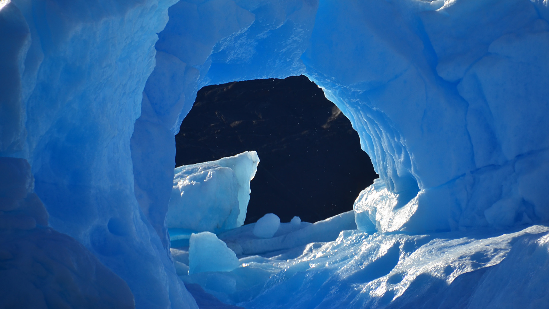 En el área central las precipitaciones aumentan a unos 400 mm anuales y son mayormente de origen Pacífico. Aparecen glaciares de mayor tamaño y son muy frecuentes los glaciares cubiertos por detritos (Foto del Parque Nacional Los Glaciares)